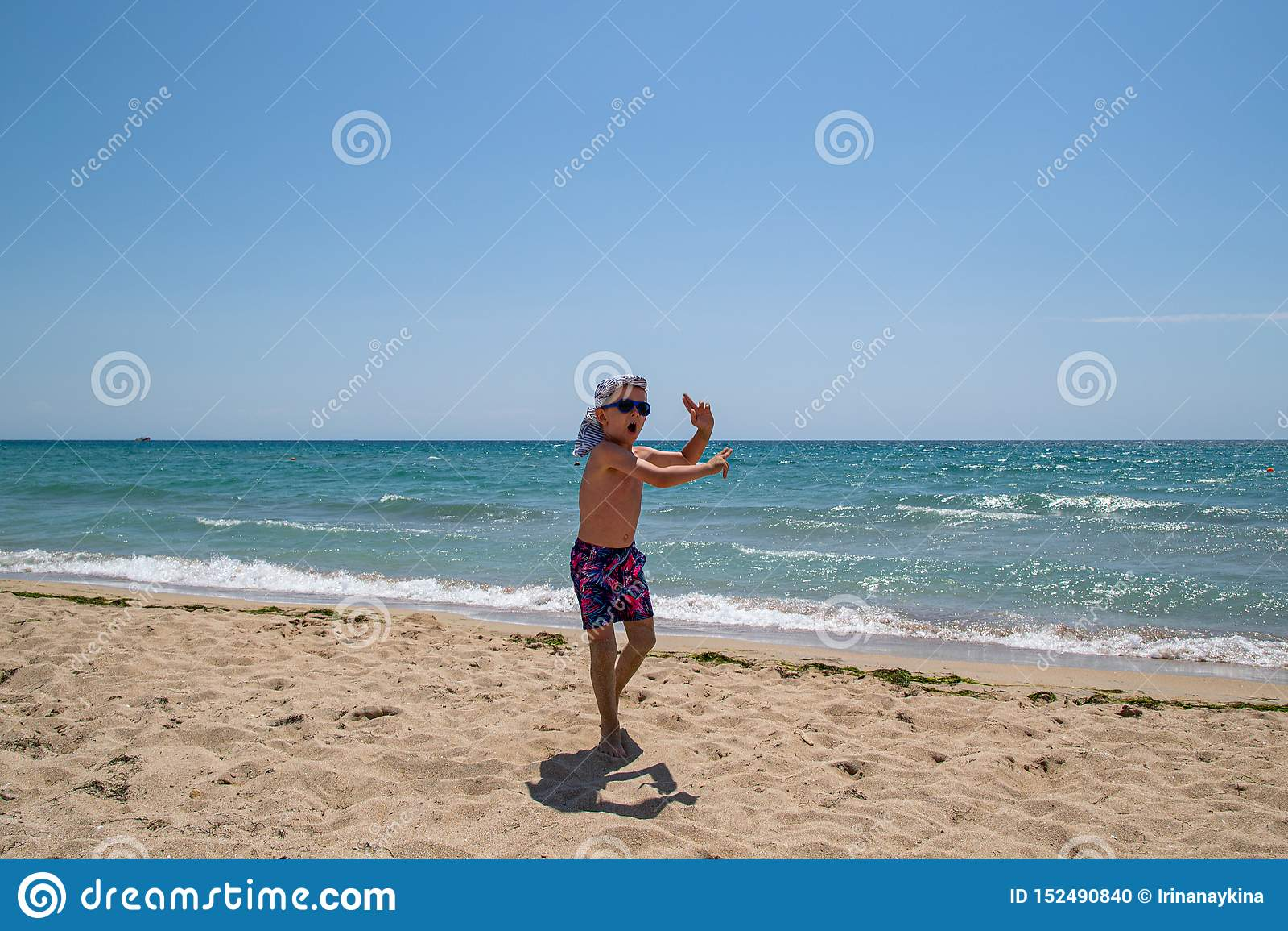 Kindertanzen und Springen auf den Strand