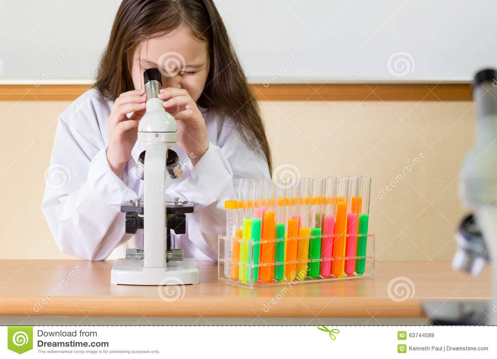 Kinderwissenschaftler der mikroskop untersucht stockbild bild