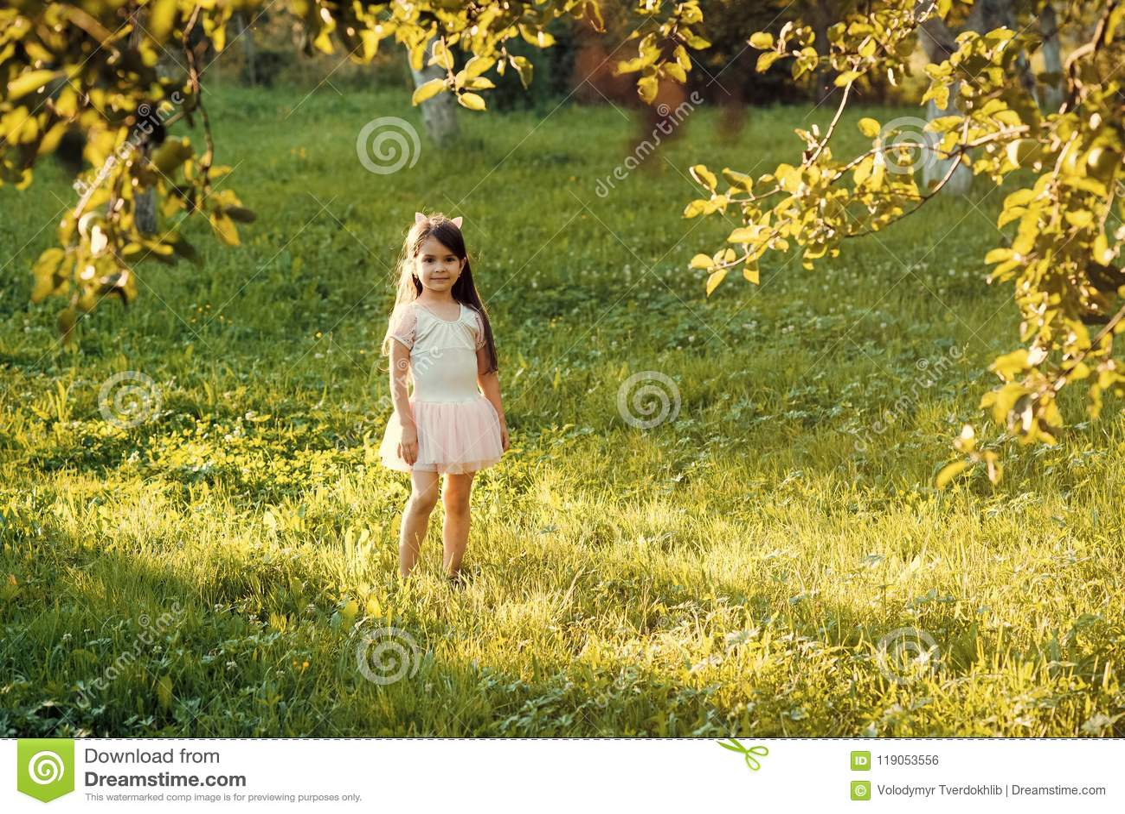 Kindheit, Jugend, Unschuld Kleines Mädchenspiel auf grünem Gras im Sommerpark, Ferien