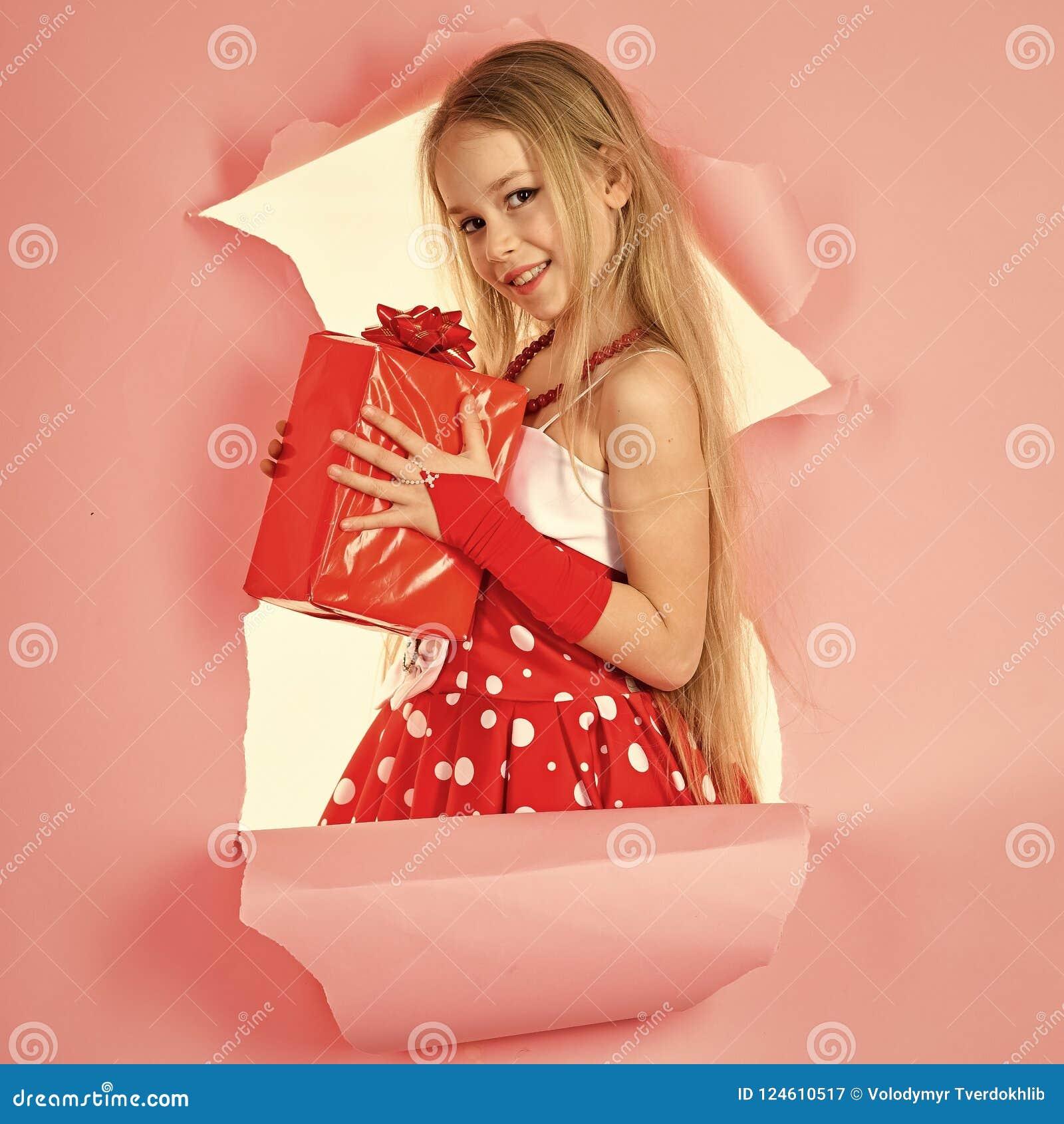 Kindheit und Glück, Geschenkbox Kindermädchen mit anwesendem Satz, Cyber Montag 26. Dezember, Feiertagsfeier und Partei