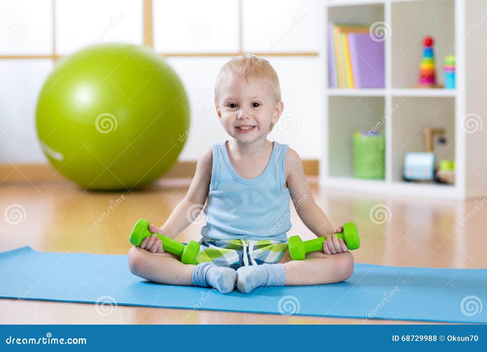 Kindjongen die geschiktheidsoefeningen doen