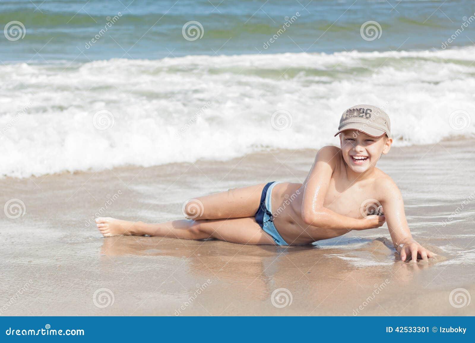 Kindjongen vrolijk op strand