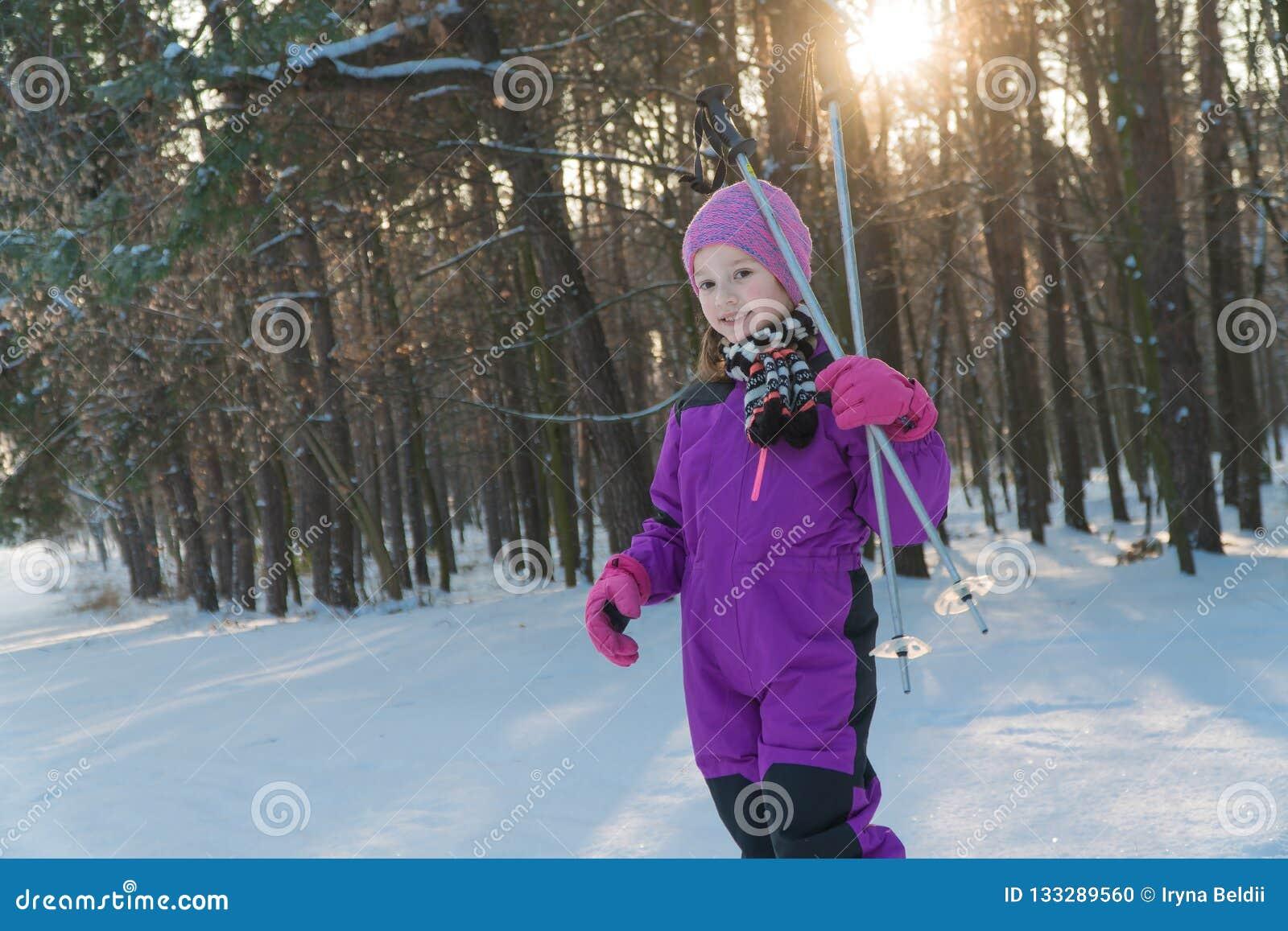 Kindritten op skis bos in de skikind van de de winterwinter
