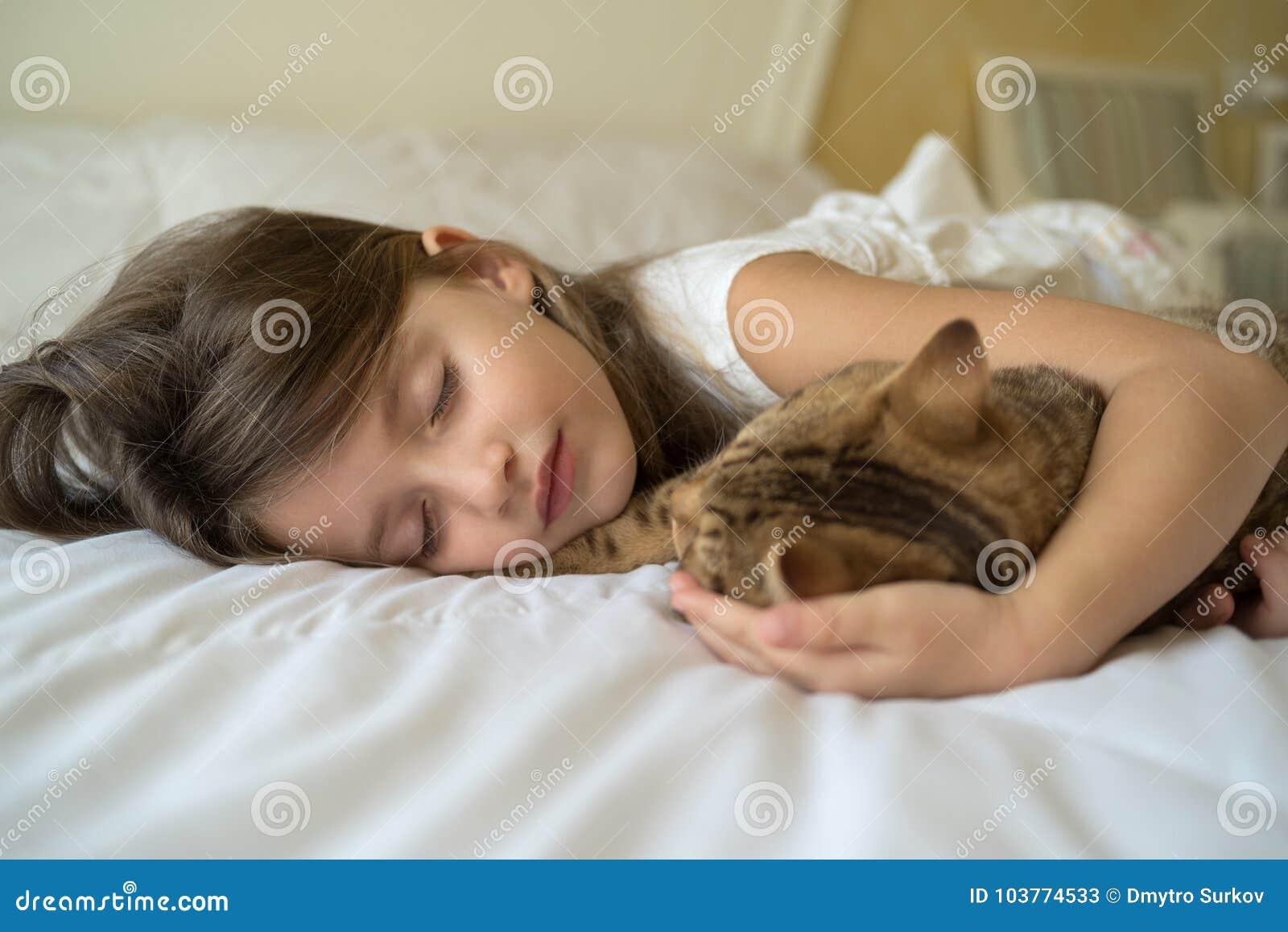 Kindslaap met kat