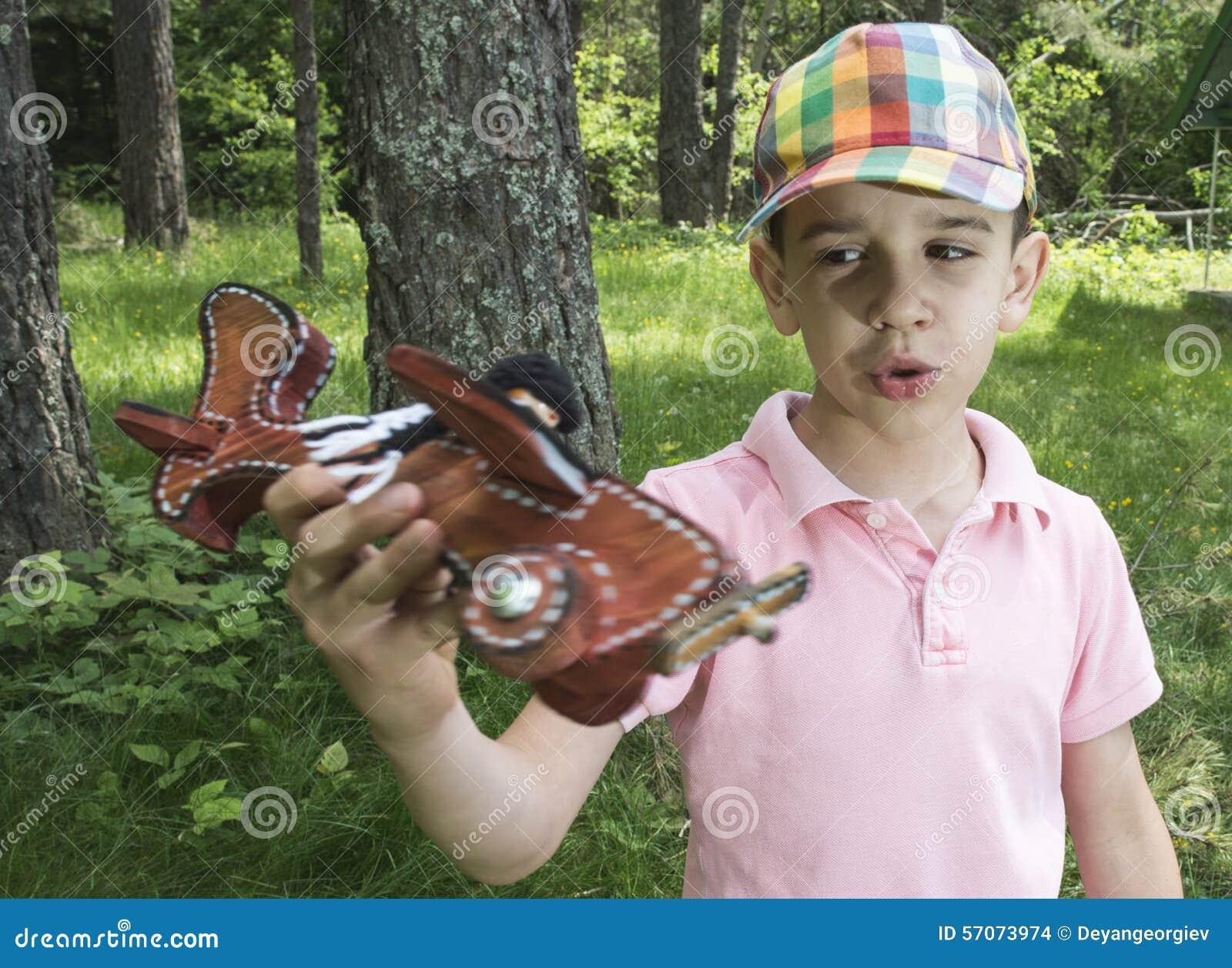 Kindspel met een houten vliegtuig in de berg