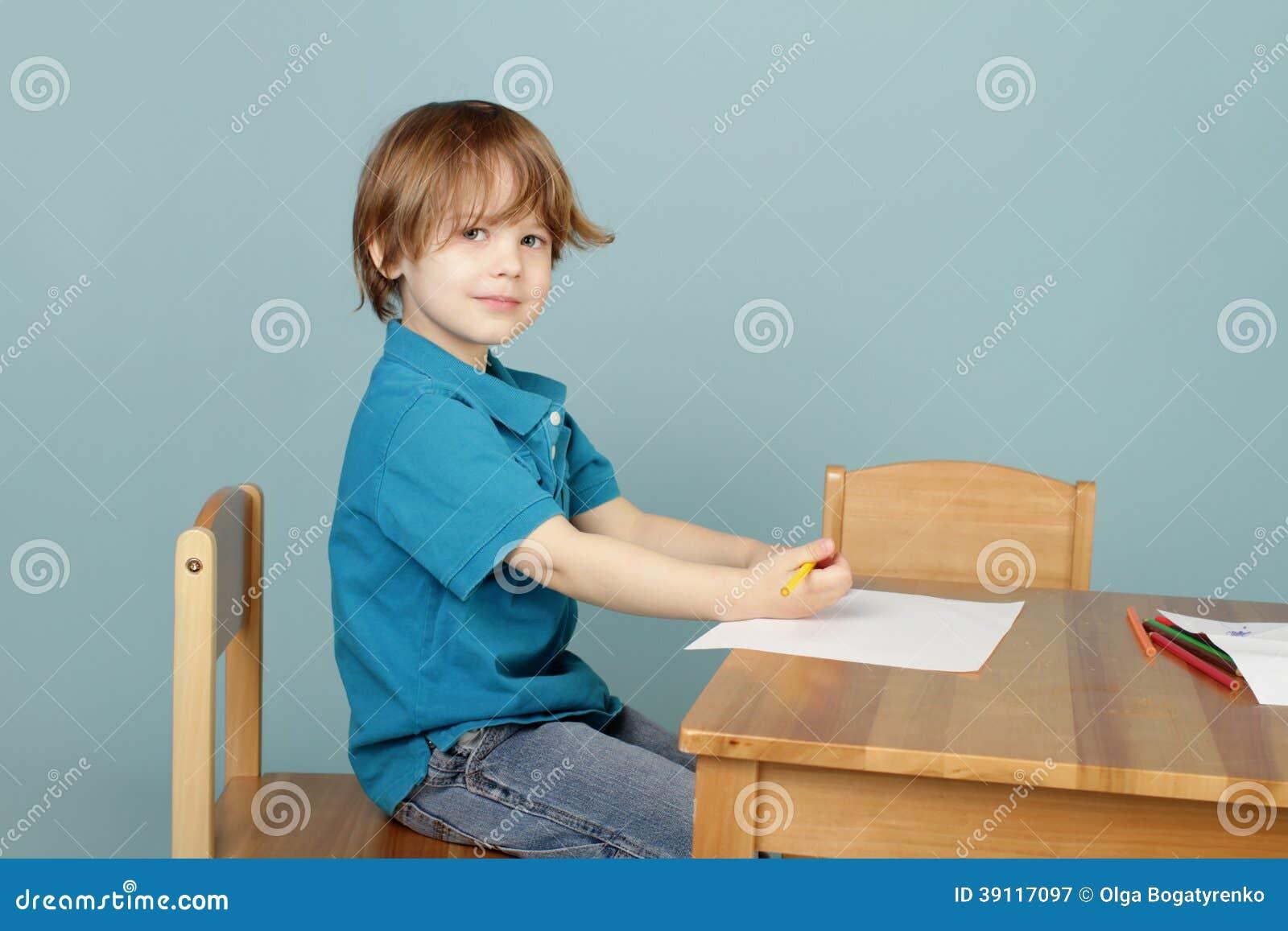 Kindtekening die leren te schrijven