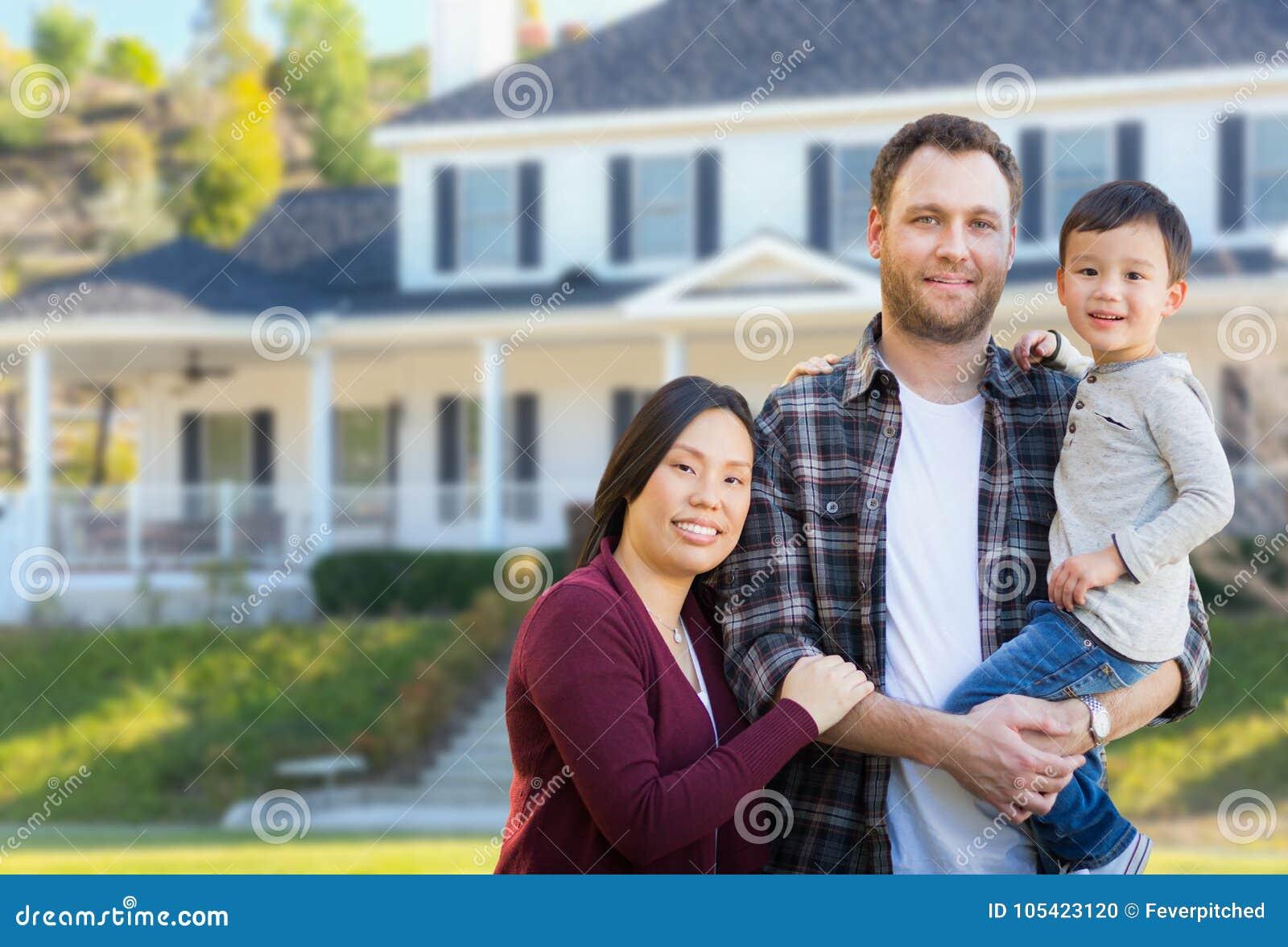 Kines för blandat lopp och Caucasianföräldrar och barn i Front Yard