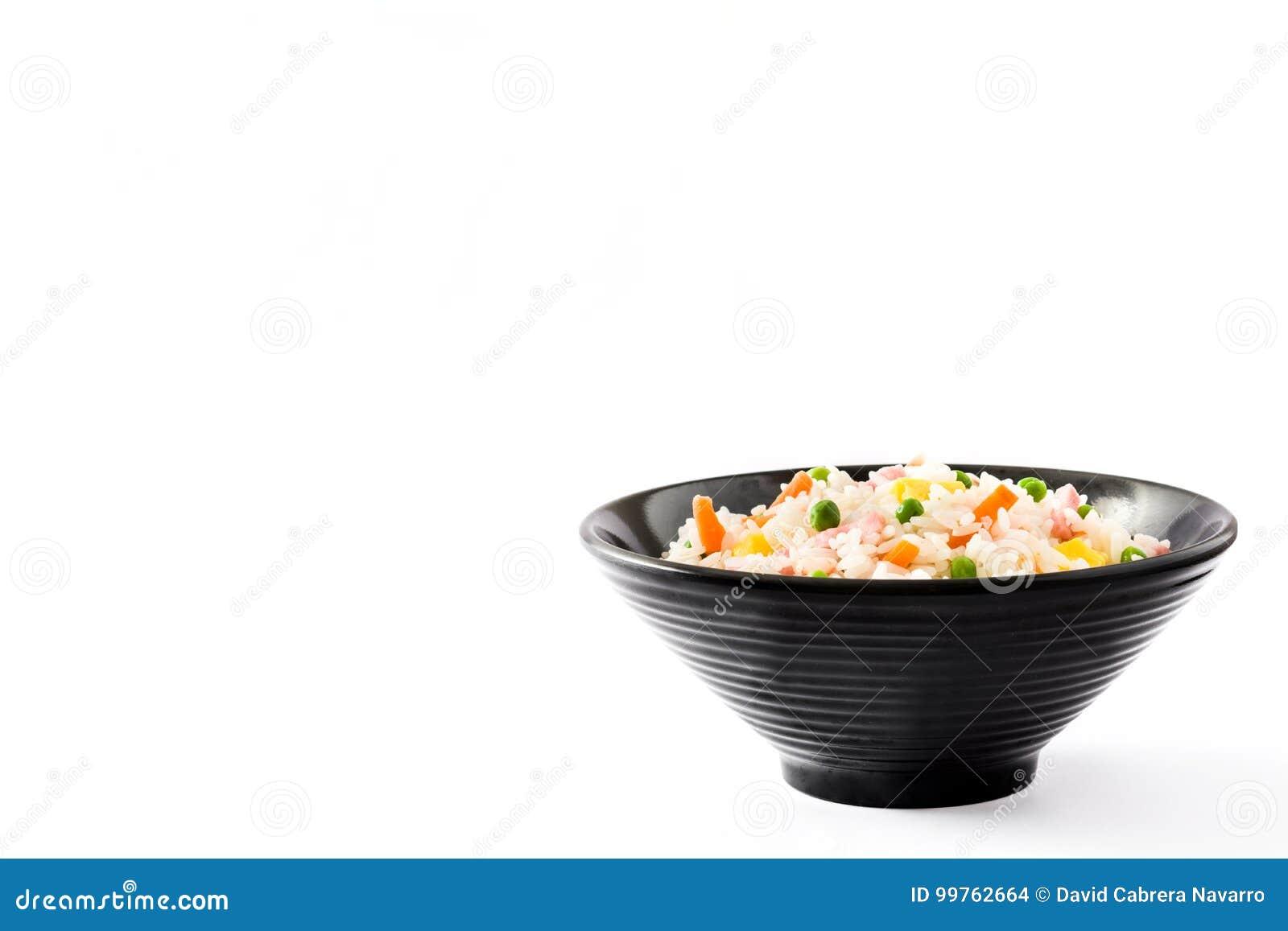 Kines stekte ris med grönsaker och omelett i den svarta bunken som isoleras på vit bakgrund
