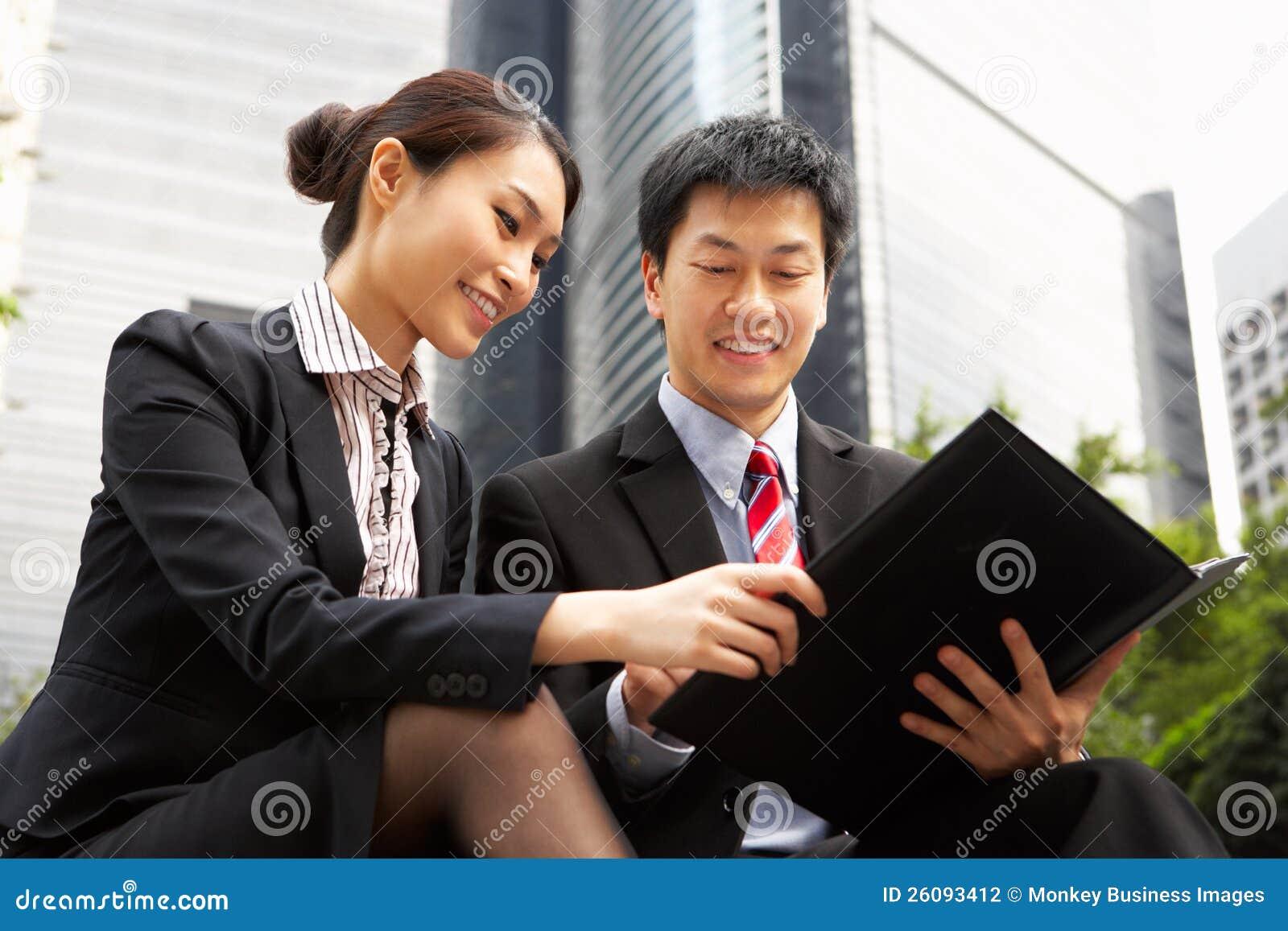 Kinesisk affärsman och affärskvinna