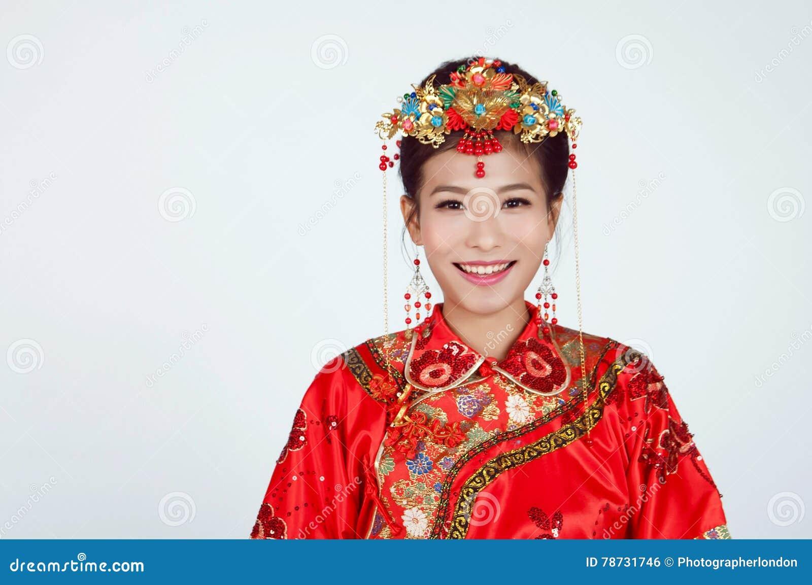 Kinesisk brud som ser kameran