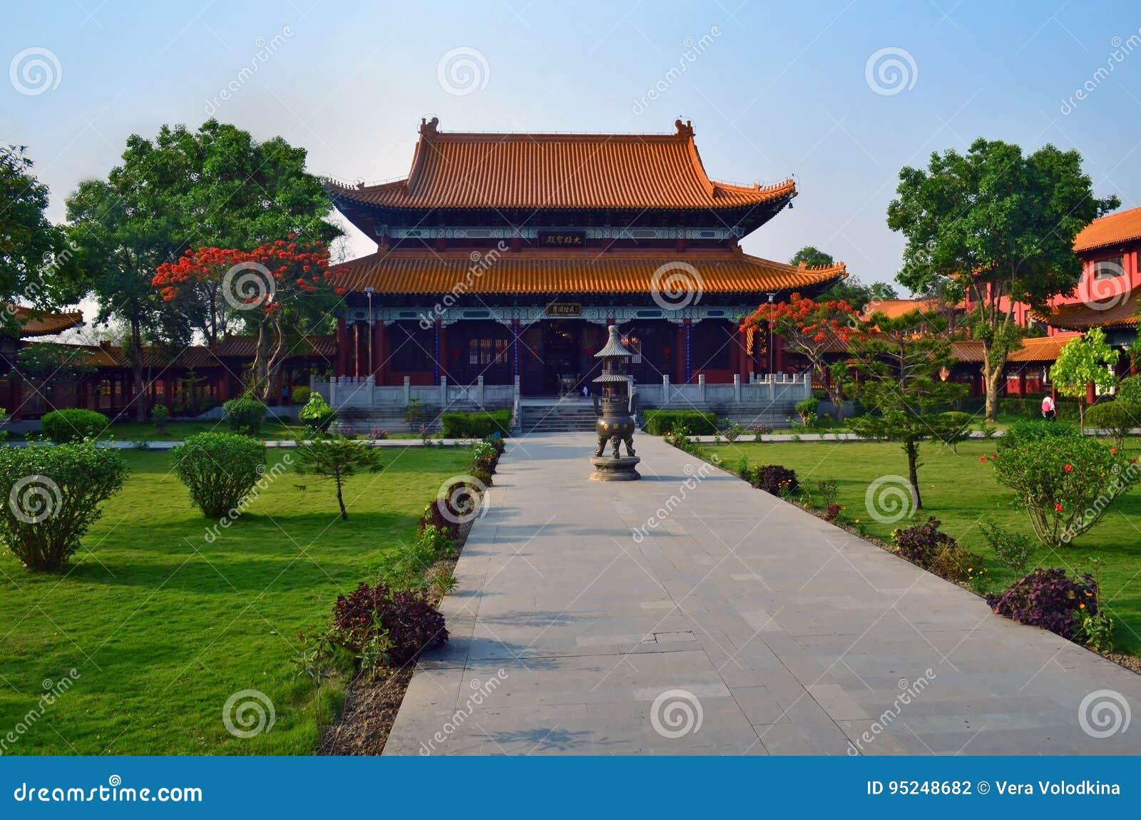 Kinesisk buddistisk tempel i Lumbini, Nepal - födelseort av Buddha