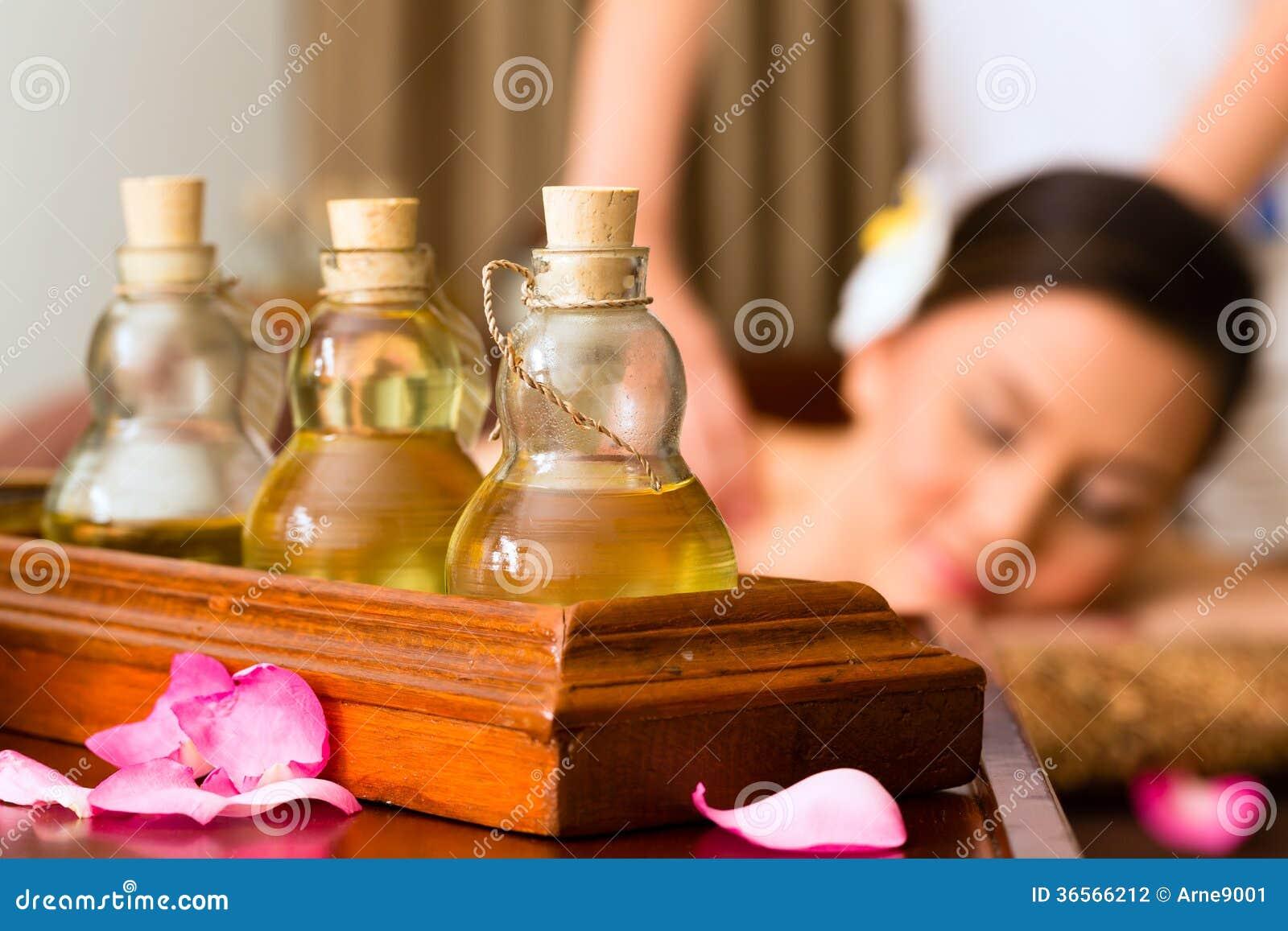 Kinesisk kvinna på wellnessmassagen med nödvändiga oljor