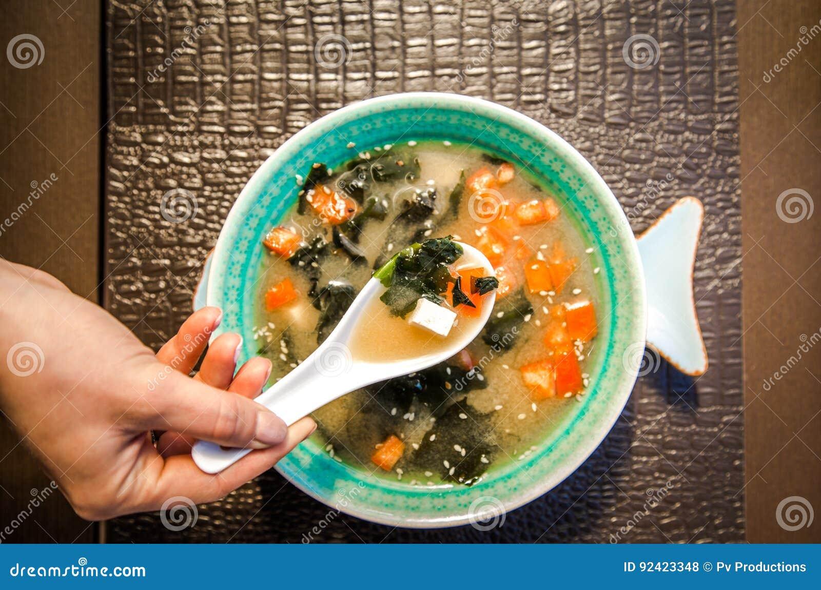 Kinesisk matsoppa i en härlig bunke