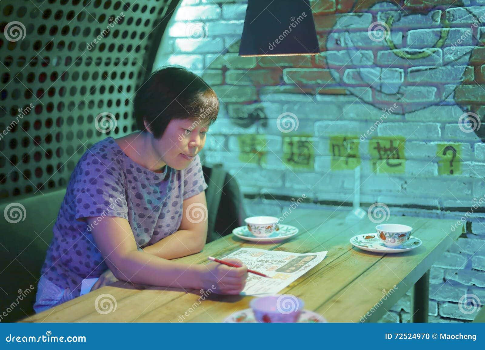Kinesisk medelålders kvinnabeställningsdisk