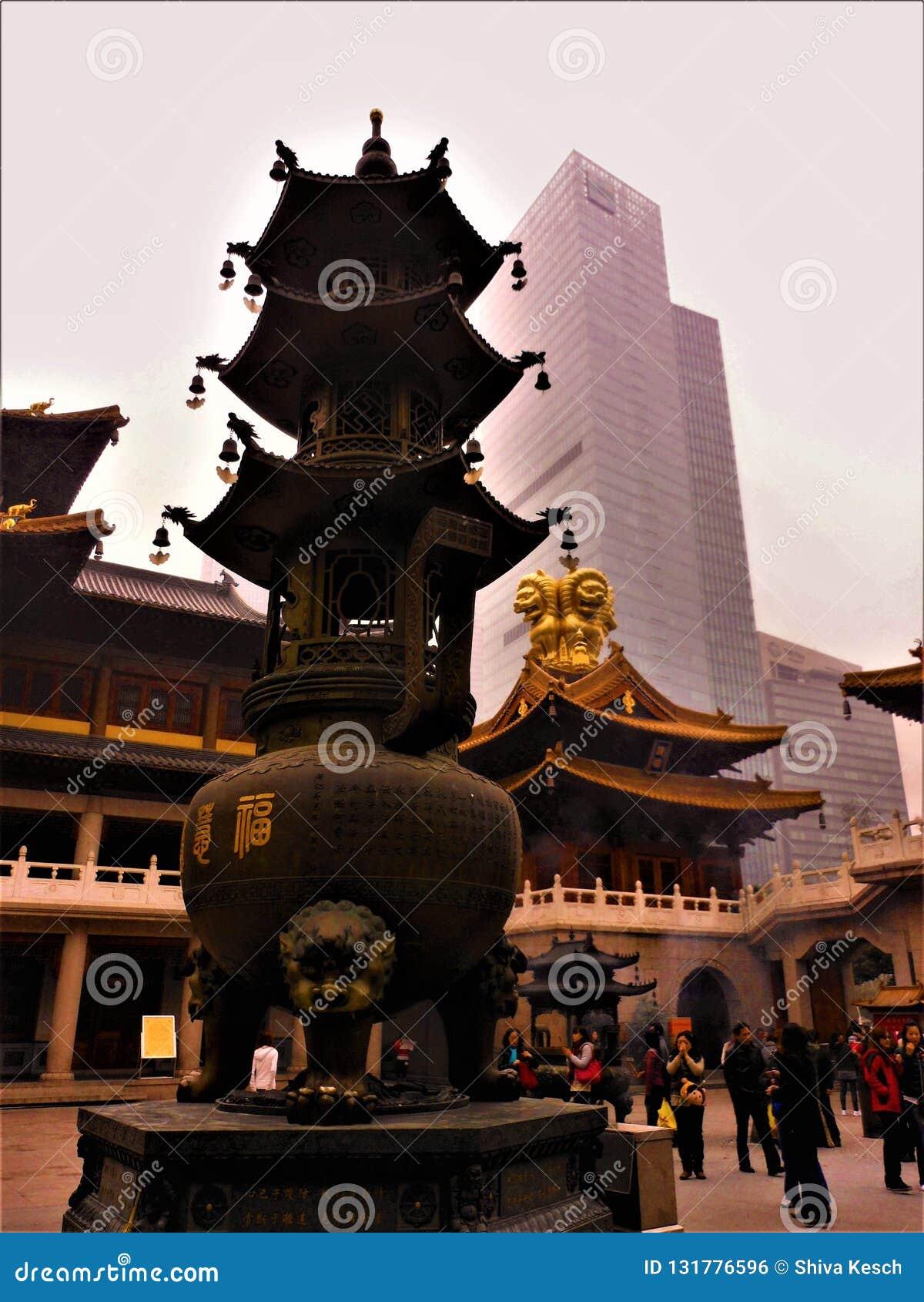 Kinesisk tradition och modernitet, religion och skyskrapa