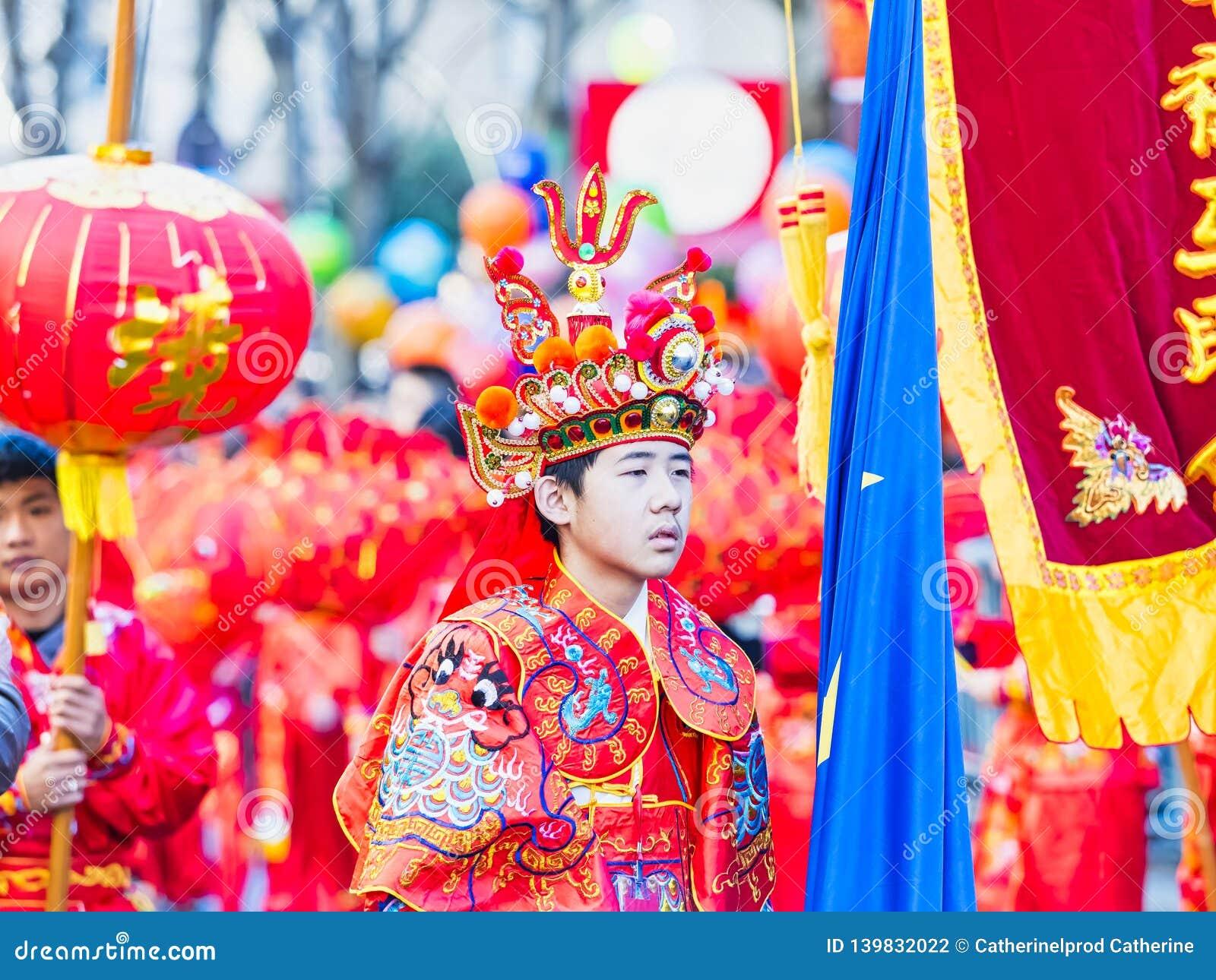 Kinesiska berömmar för nytt år ståtar på Paris