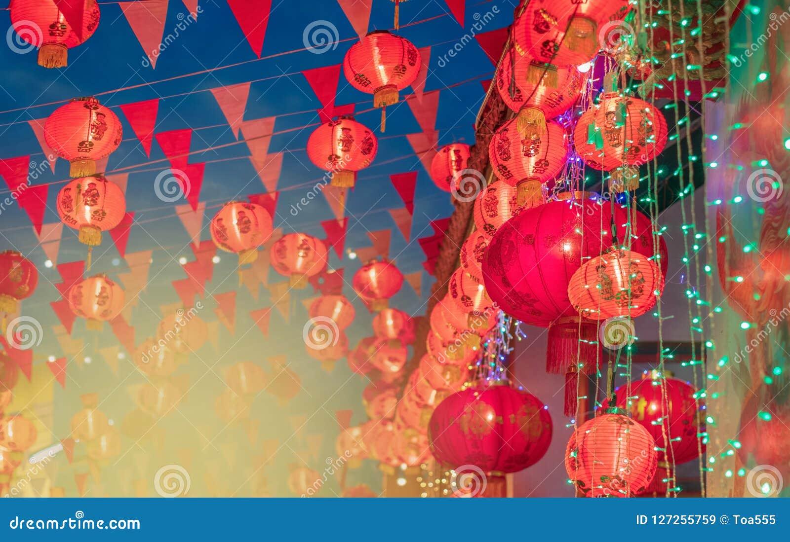 Kinesiska lyktor för nytt år i chinatown Genomsnittligt lycka för text och G
