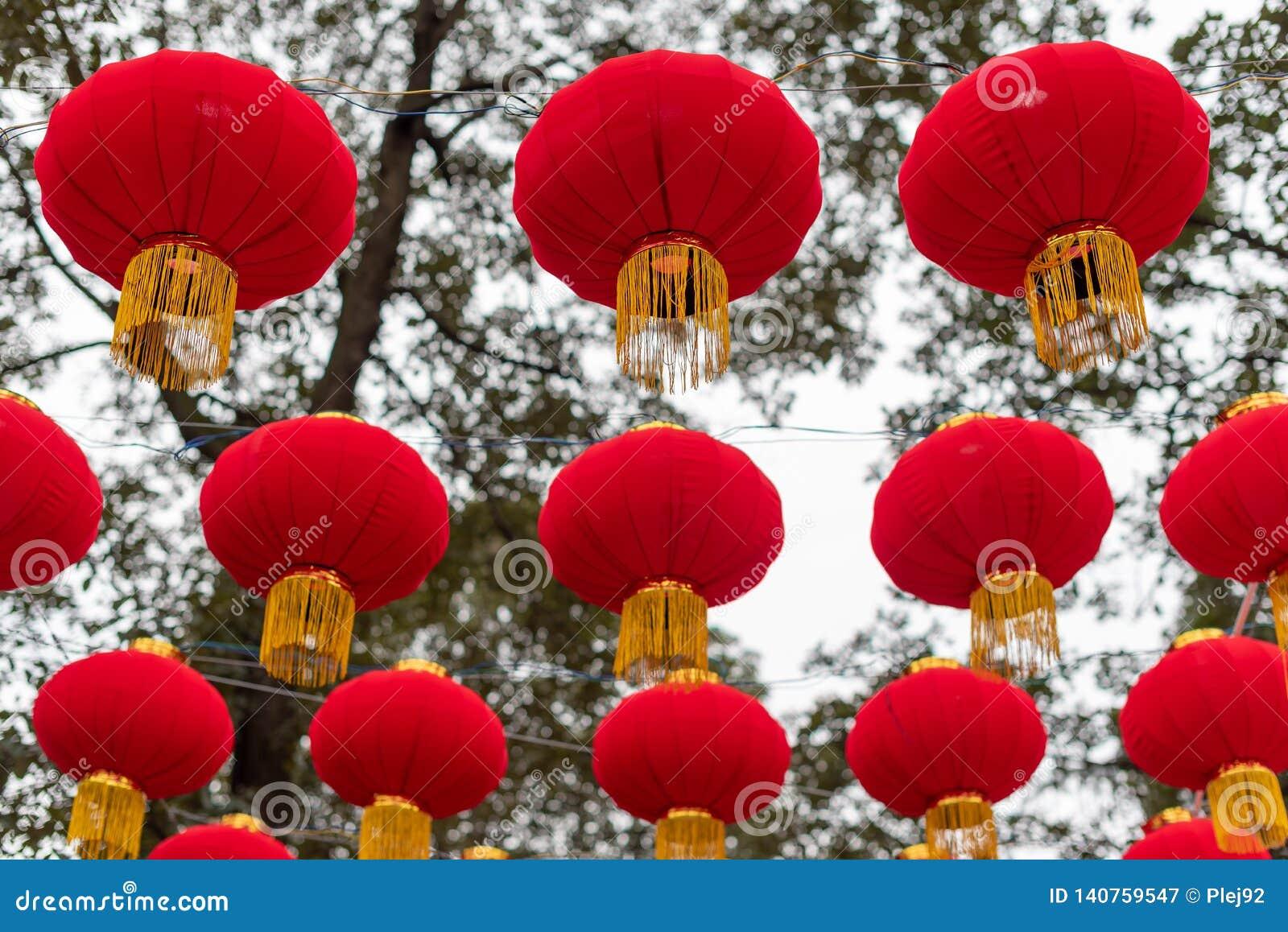 Kinesiska lyktor som hänger i gatan