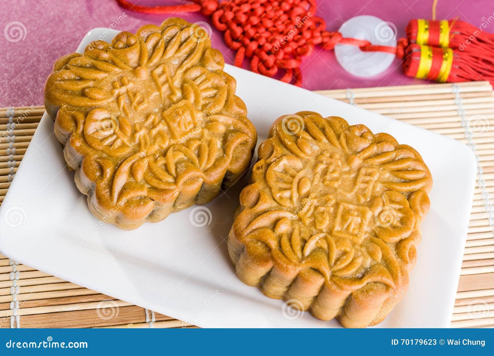 Kinesiska mooncakes med text som betyder bra lycka och välstånd