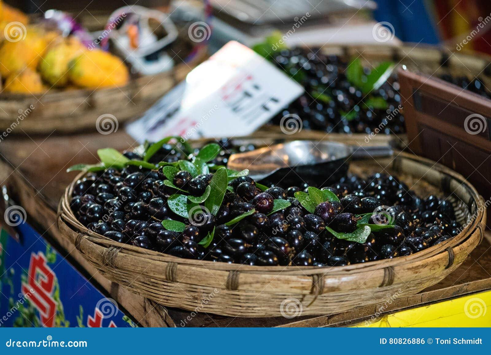 Kinesiska plommoner på försäljning på marknad