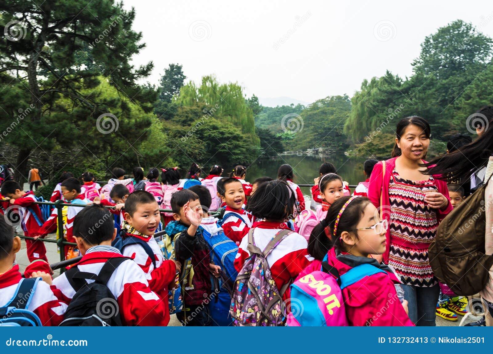 Kinesiska skolbarn i blommahamnen parkerar