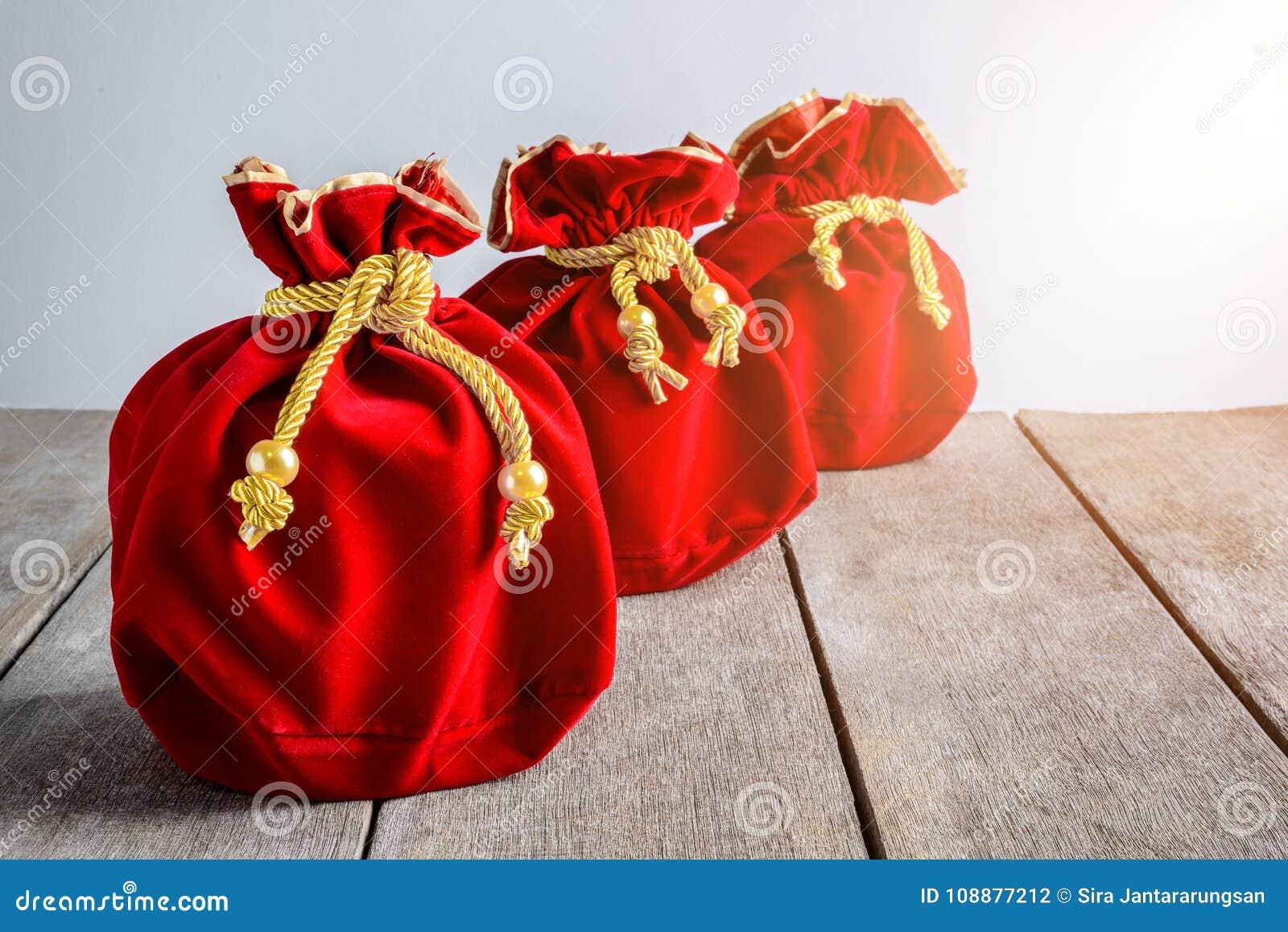 Kinesiskt rött tyg för nytt år eller siden- påse, ang-pow av lycka