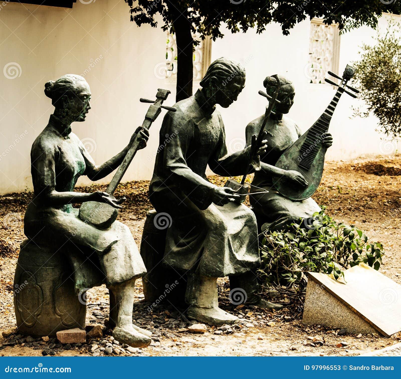 Kinesskulpturer som symboliserar musik