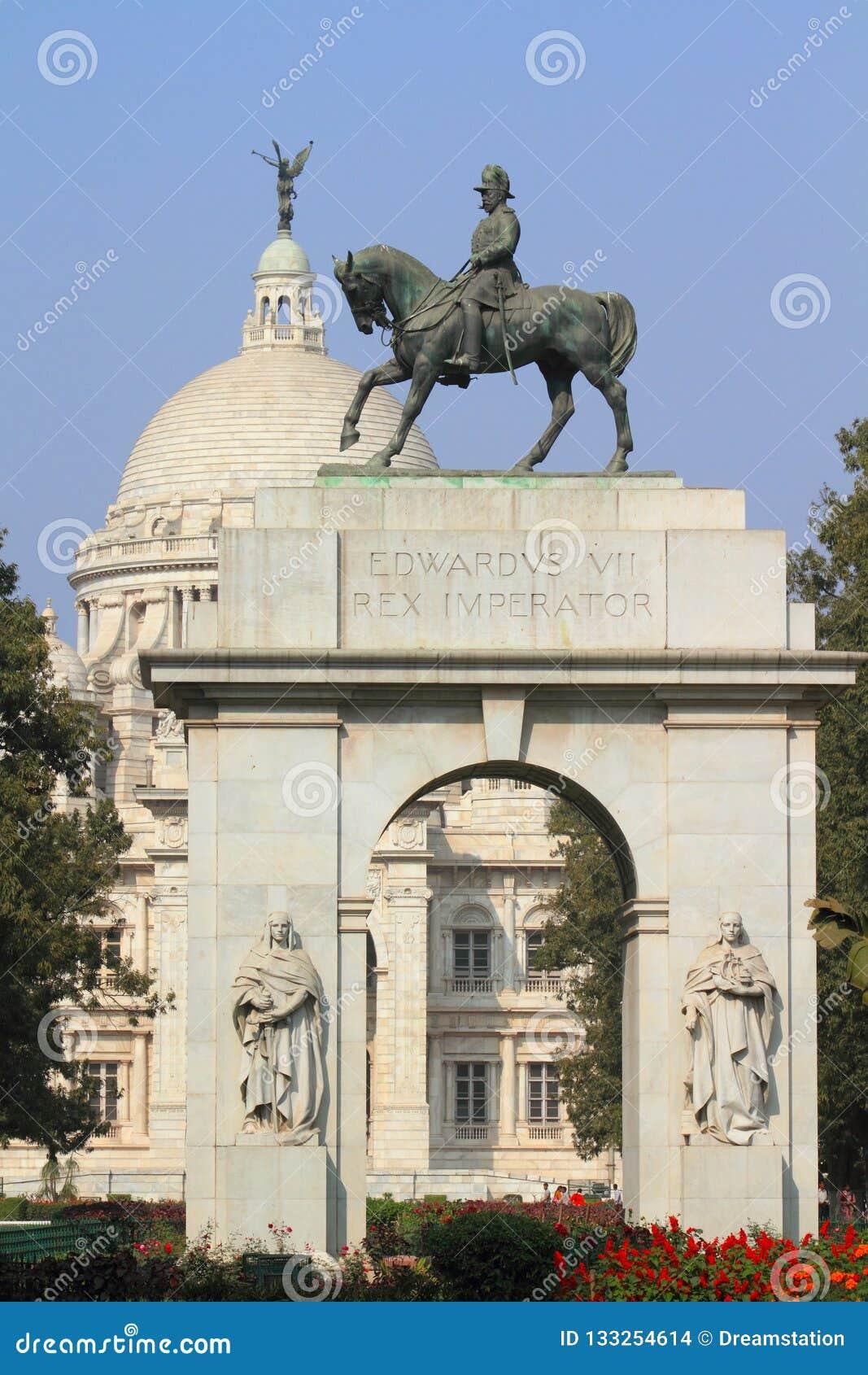 Queen Victoria statue, Kensington Palace | Queen victoria