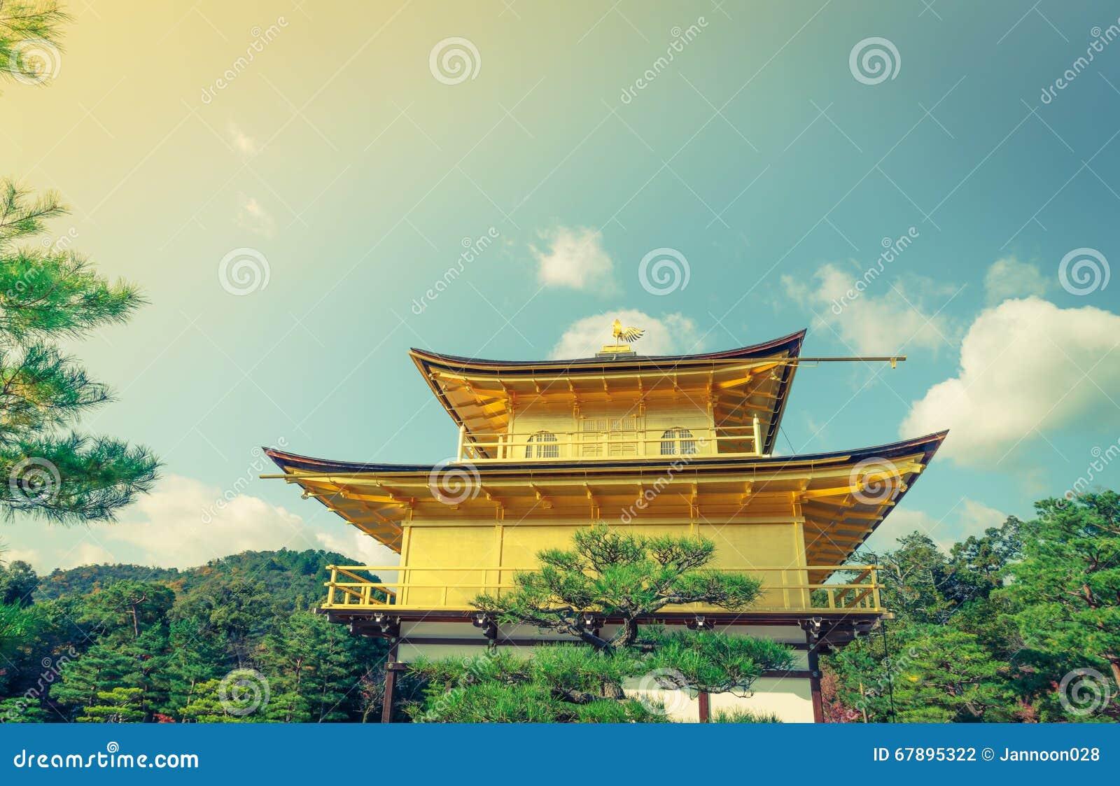 Kinkakuji寺庙金黄亭子在京都,日本(过滤器
