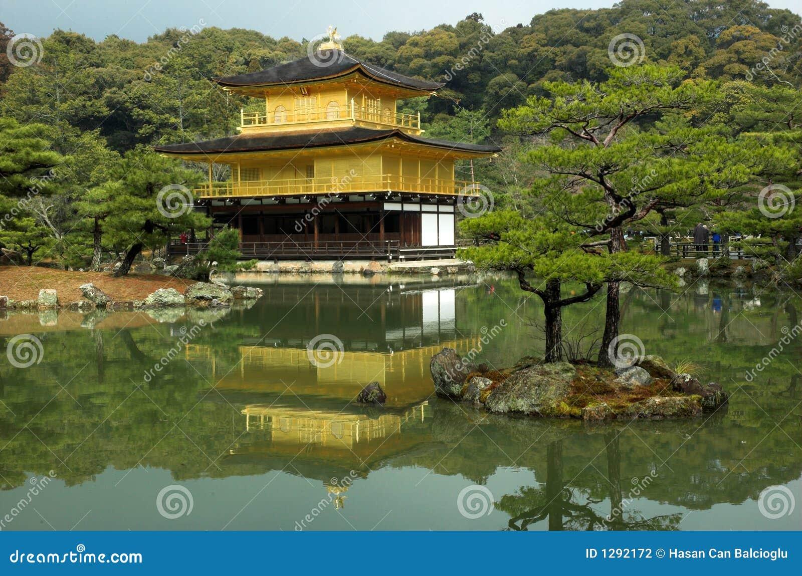 Kinkakuji - el pabellón de oro famoso en Kyoto, Japón