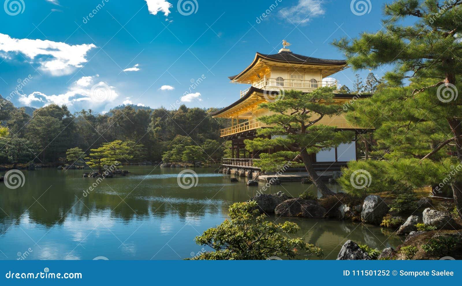 Kinkakuji & x28; Tempio di pavilion& dorato x29; a Kyoto con il bello giardino di zen