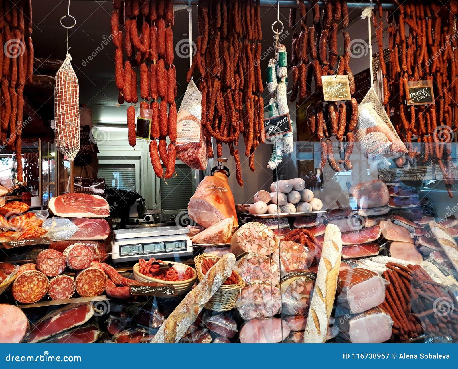 Kiosk die reusachtige selectie van traditionele vleeswaren verkopen