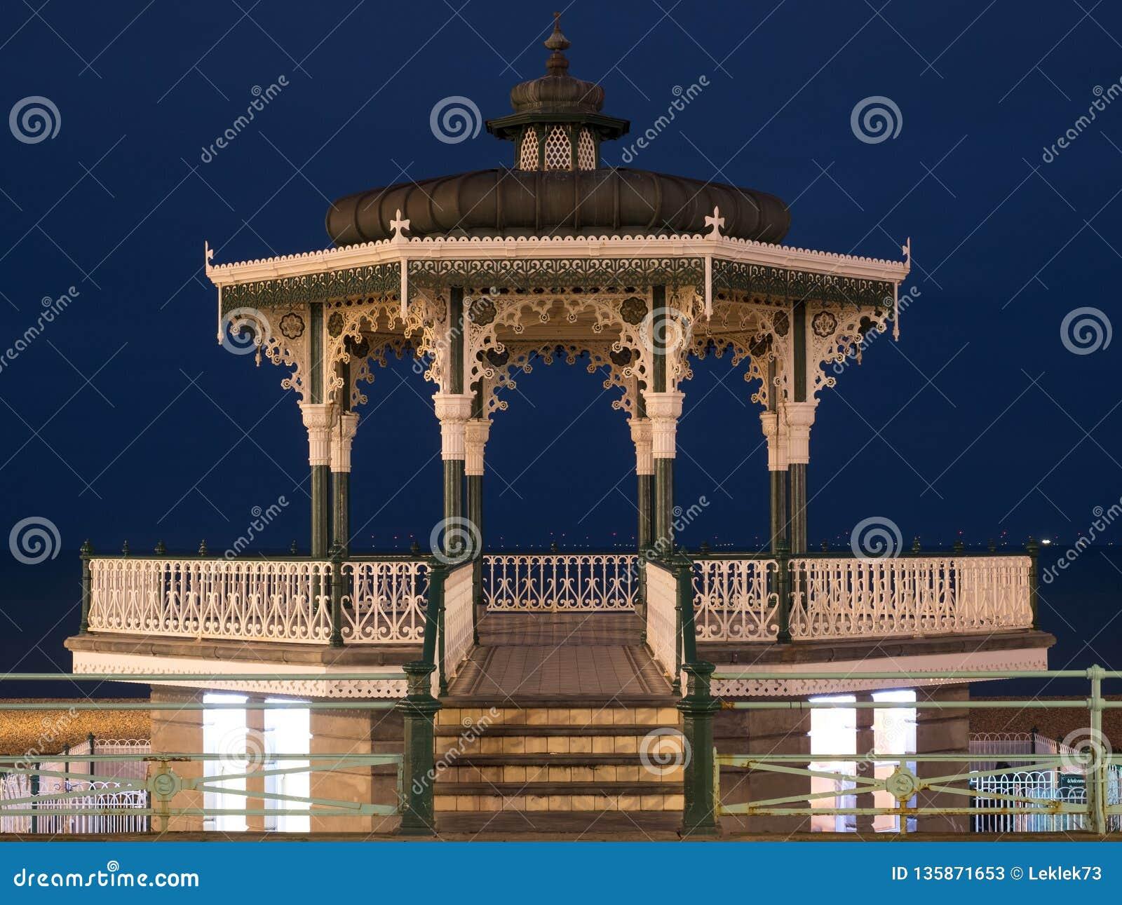 Kiosque à musique victorien reconstitué sur les Rois Esplanade, Brighton, East Sussex, R-U Photographié au crépuscule