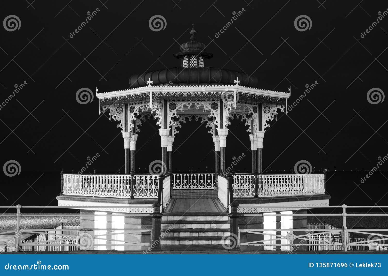 Kiosque à musique victorien reconstitué sur les Rois Esplanade, Brighton, East Sussex, R-U Photographié dans le monochrome la nui