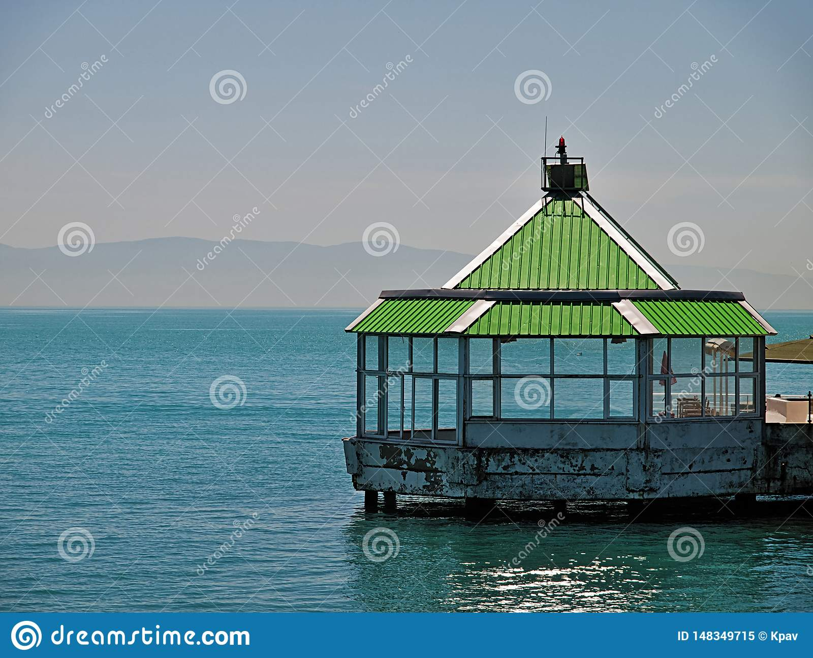 Kiosque sur la mer
