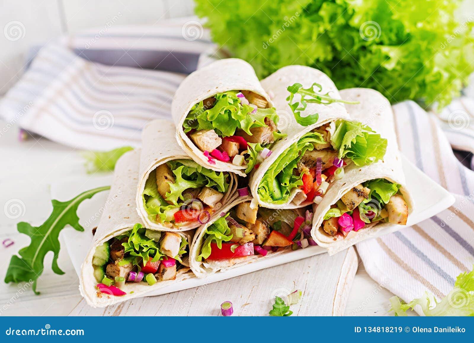Kip Burrito Gezonde Lunch De Mexicaanse omslagen van de fajitatortilla van het straatvoedsel