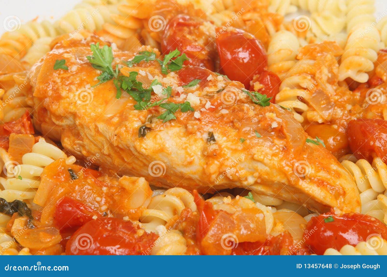 Het Italiaans casseroled borst van kip met fusillideegwaren en raspte ... Fusilli Beef