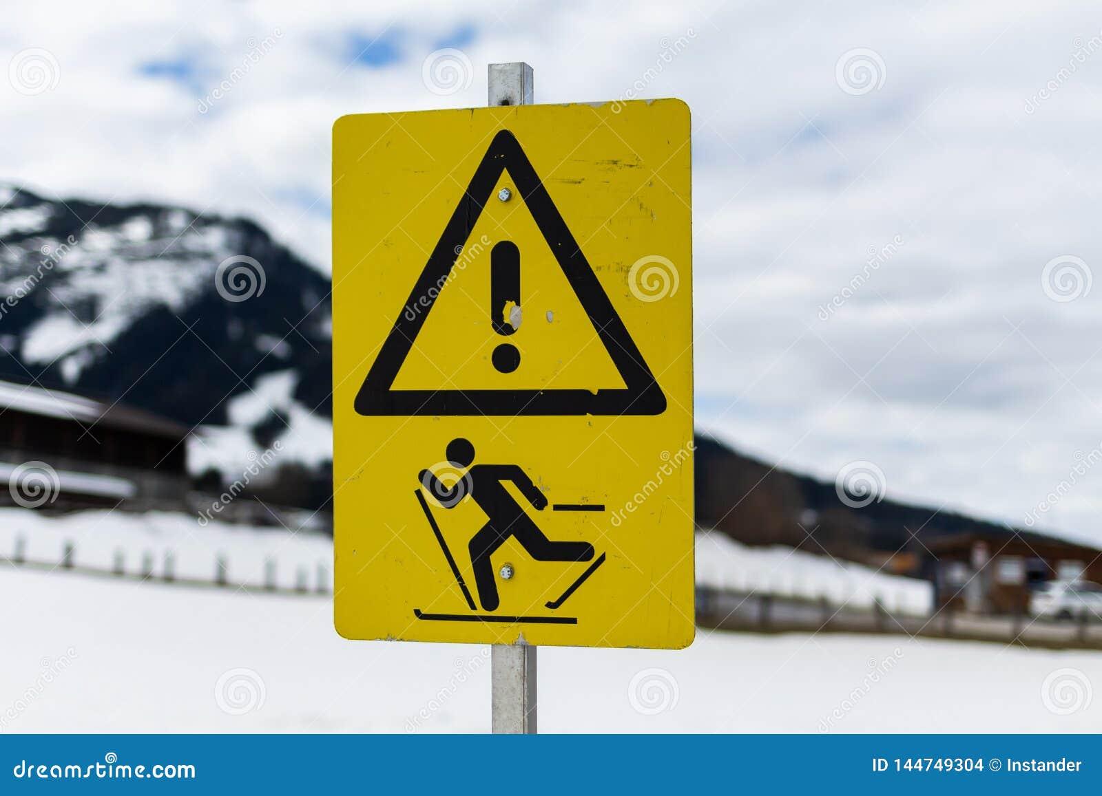 Kirchberg dans le Tirol, le Tirol/Autriche : Le 28 mars 2019 : le panneau d avertissement qui avertit pour des personnes sur des