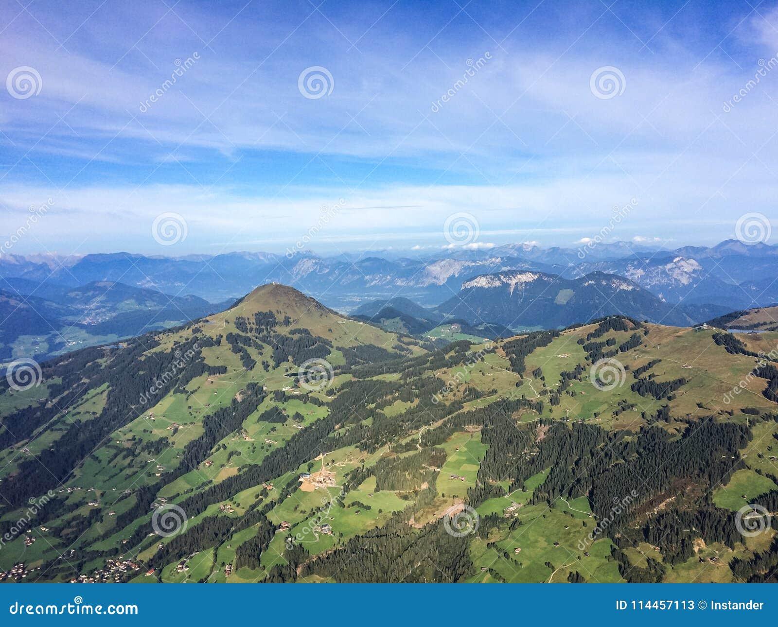 Kirchberg, Tirol/Oostenrijk - September 2015: mening over het landschap en de Oostenrijkse Alpen van de ballooning mand