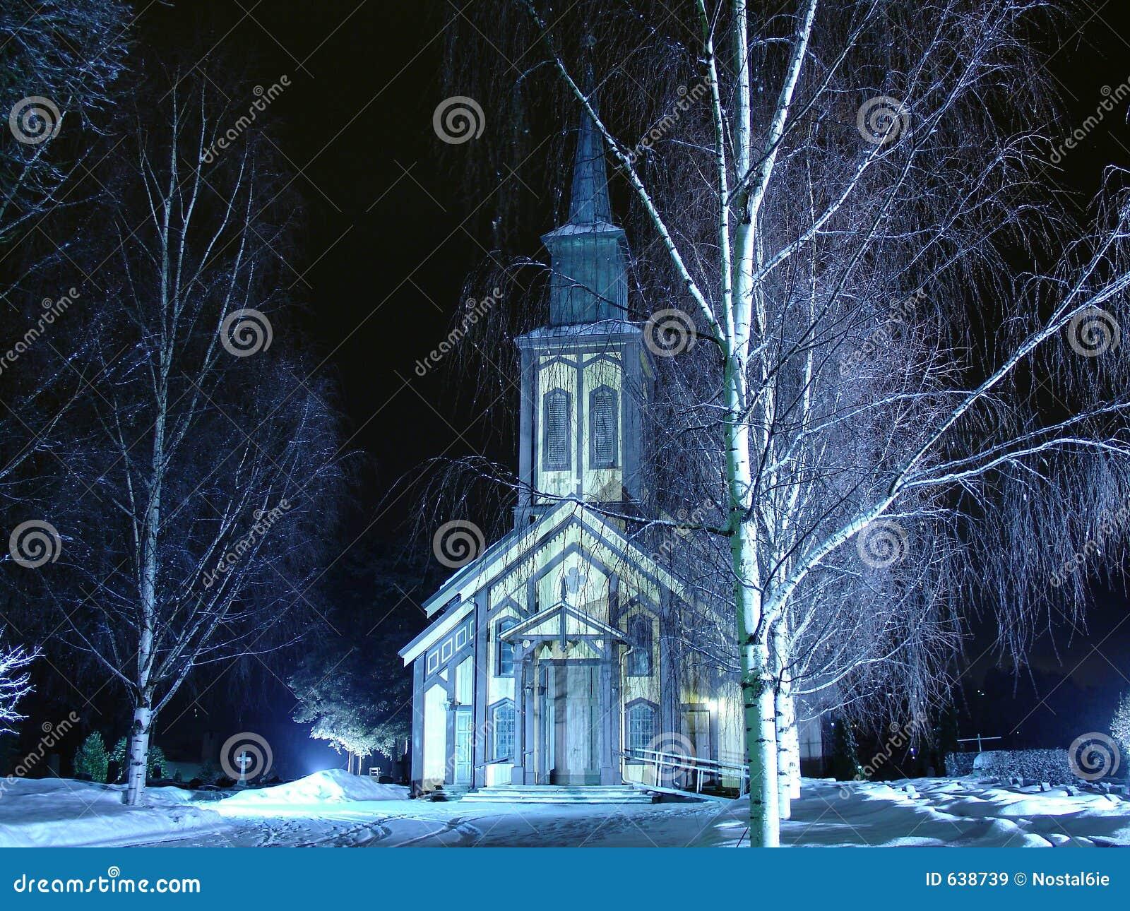 Kirche auf einer Winternacht