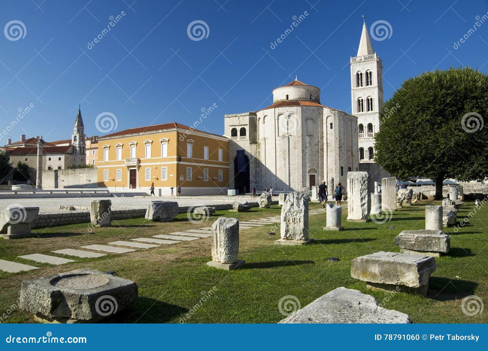 Kirche, Forum und Kathedrale St. Donat des Glockenturms St. Anastasia in Zadar, Kroatien