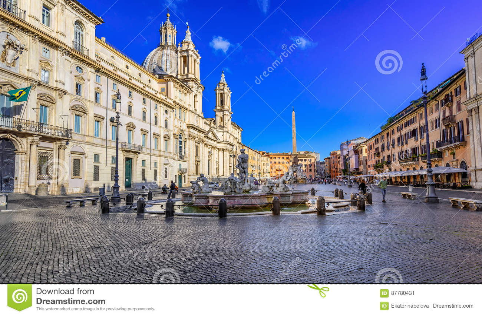 Kirche Sant Agnese im Agone, Palazzo Pamphilj und Fontanas del Moro Moor Fountain auf Marktplatz Navona in Rom
