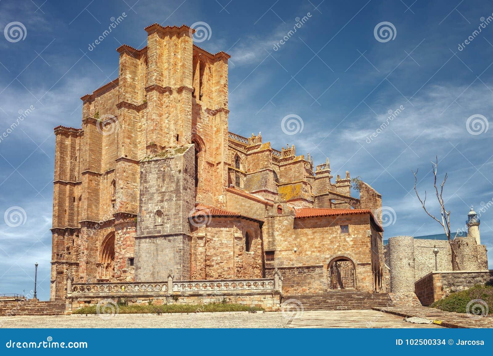 Kirche von St Mary der Annahme, des mittelalterlichen Schlosses und des lighth