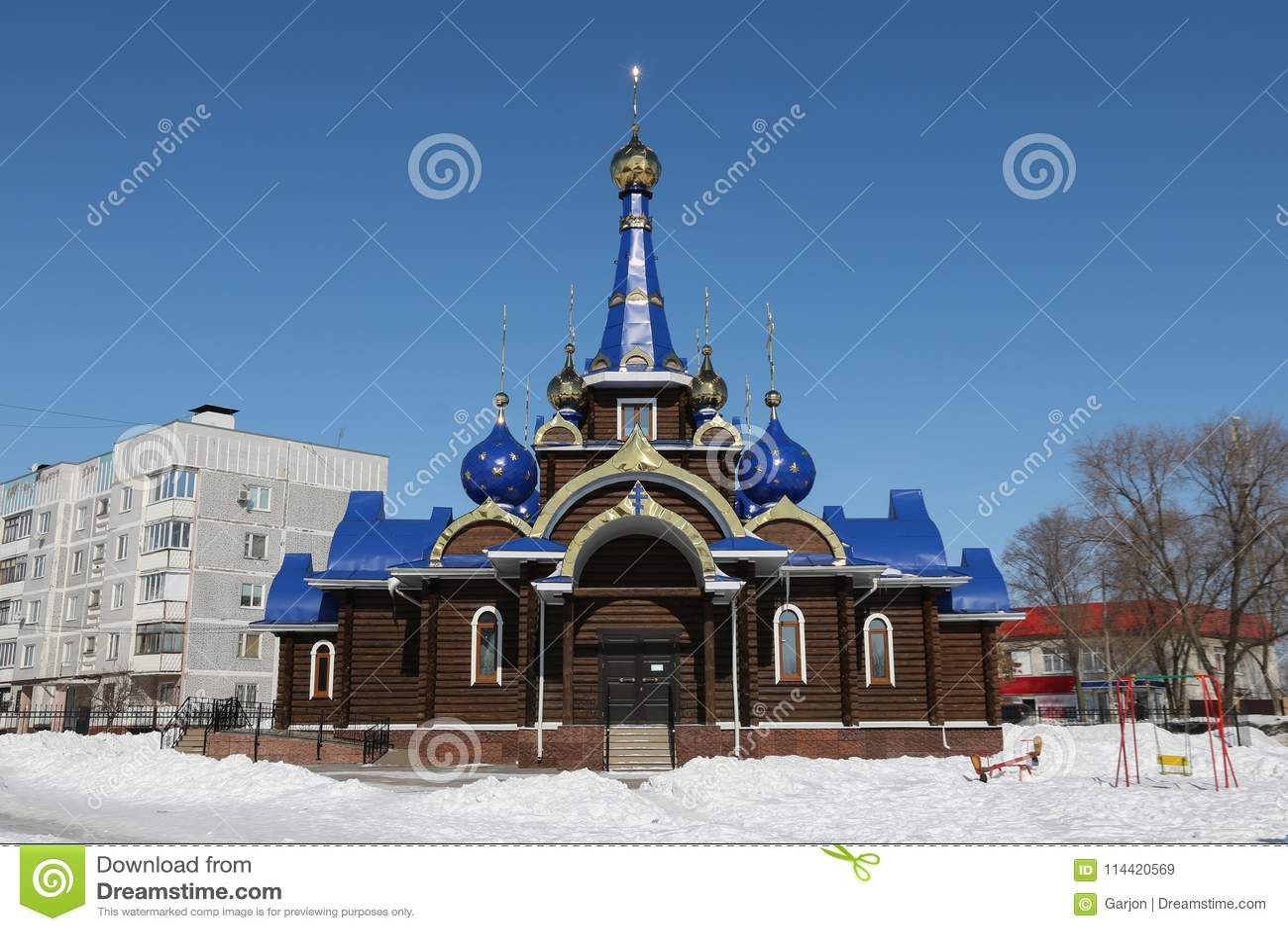Kirchehauben mit Kreuzen bügel Gegen den blauen Himmel im wint