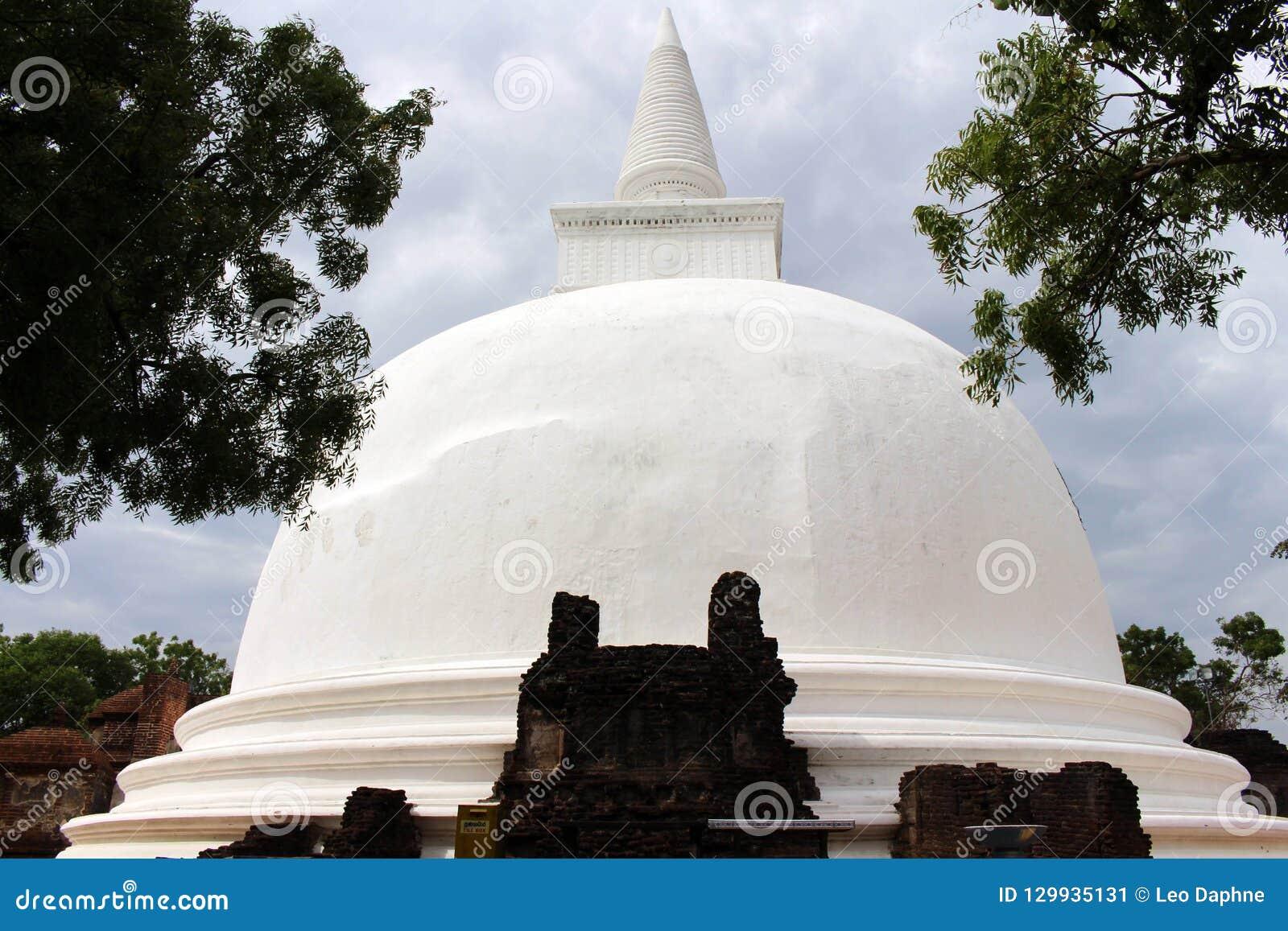 Kiri Vehera, un stupa grande fuera de muchos alrededor de Polonnaruwa Ancien
