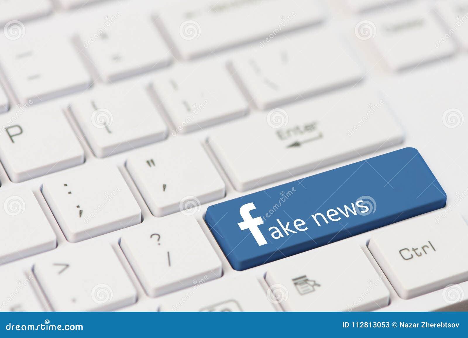 KIROVOGRAD,乌克兰, 3月, 12,2018 -与文本伪造品新闻的钥匙在白色膝上型计算机键盘 Facebook样式