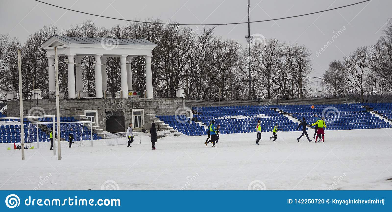 Kirovsk,俄罗斯,2019年3月17日 儿童游戏橄榄球在雪的体育场内