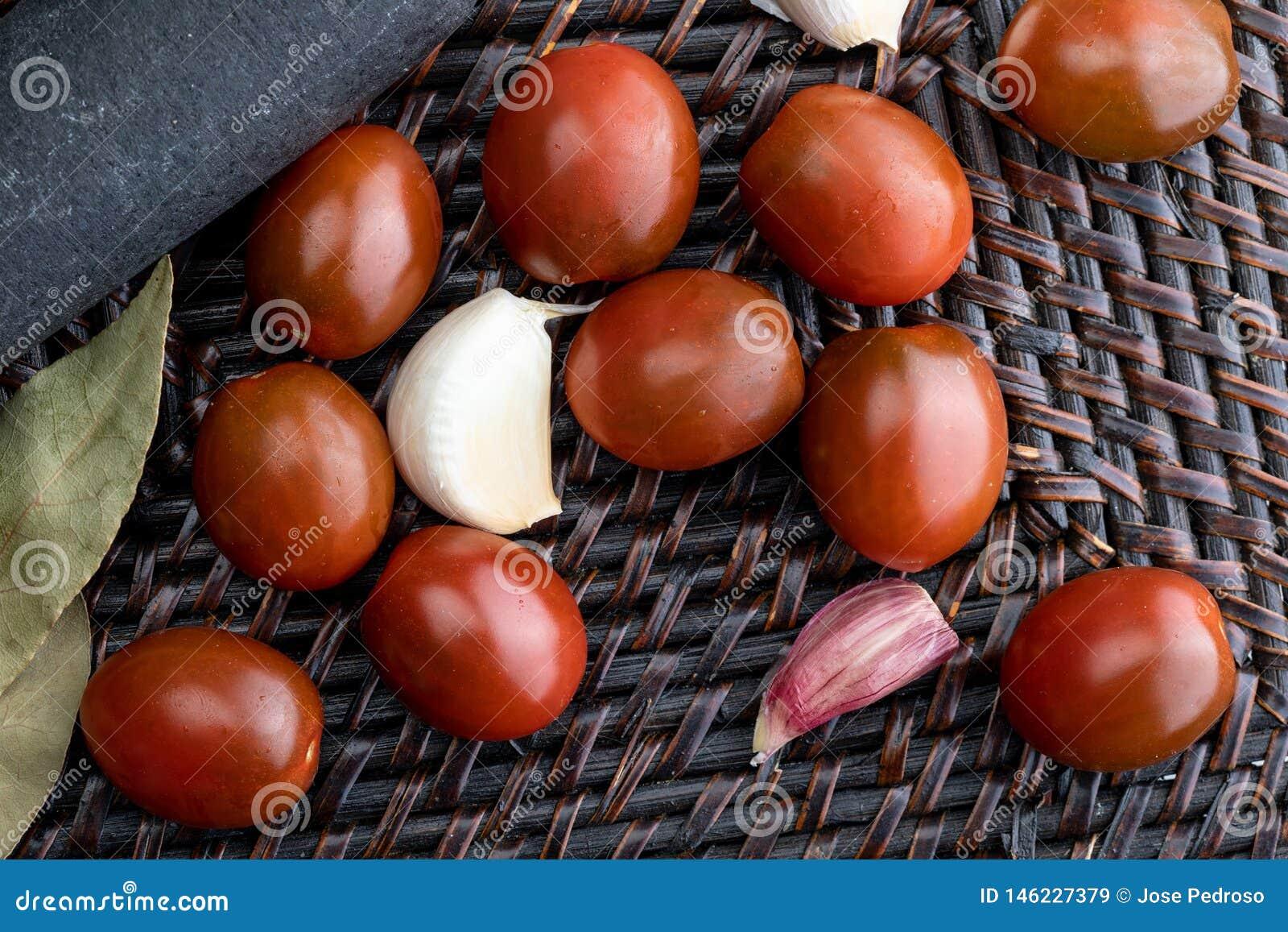 Kirsch-Tomaten Mini-Kumato, Knoblauch und Lorbeer