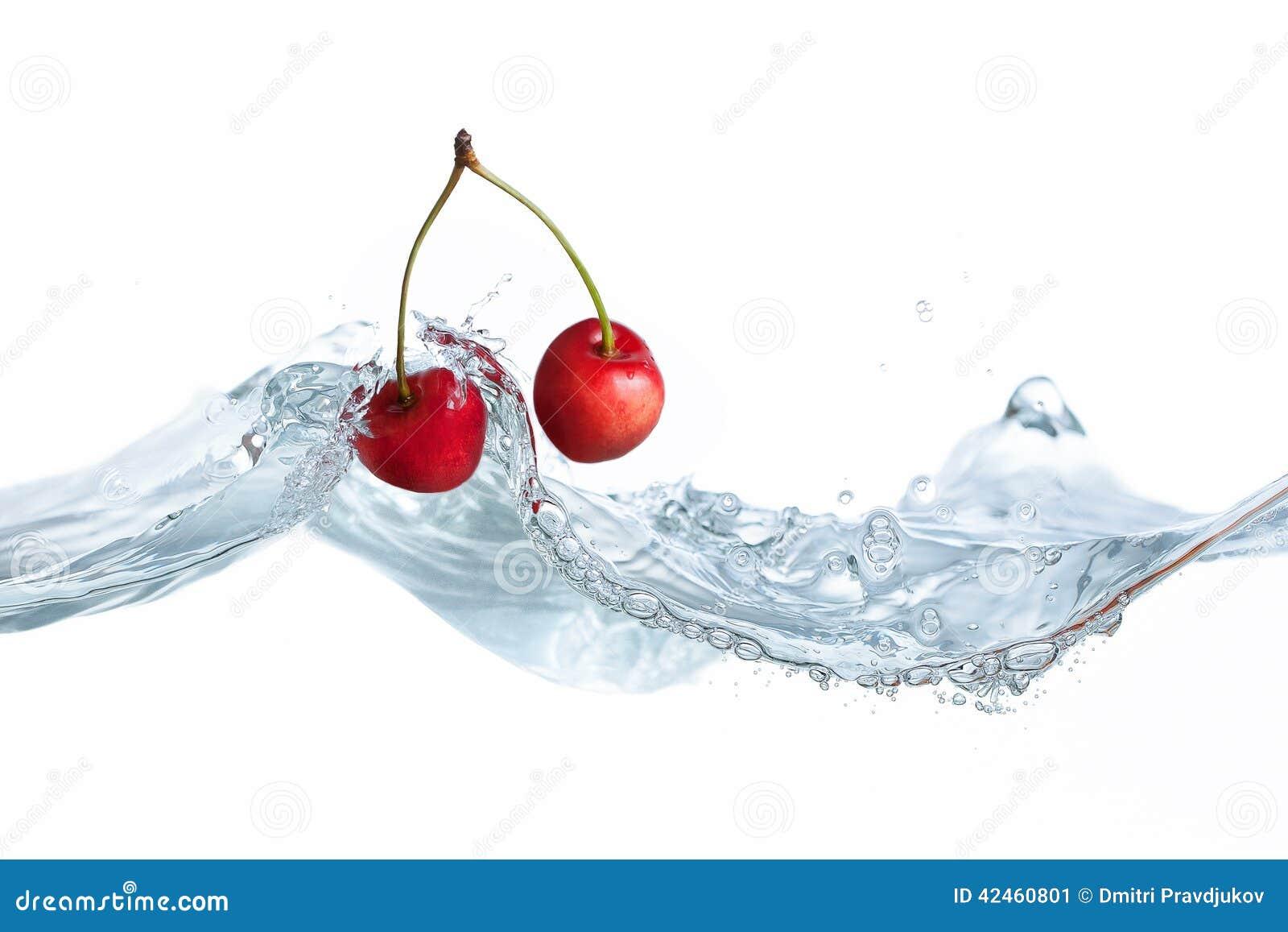 Kirsche fiel in Wasserspritzen