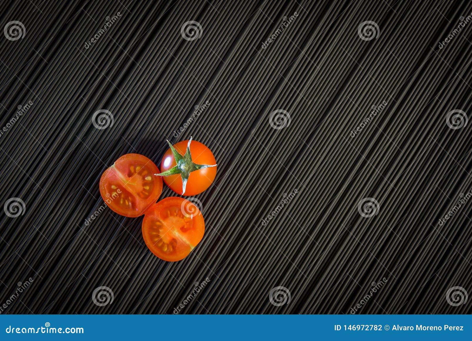 Kirschtomate und rohe schwarze Teigwaren
